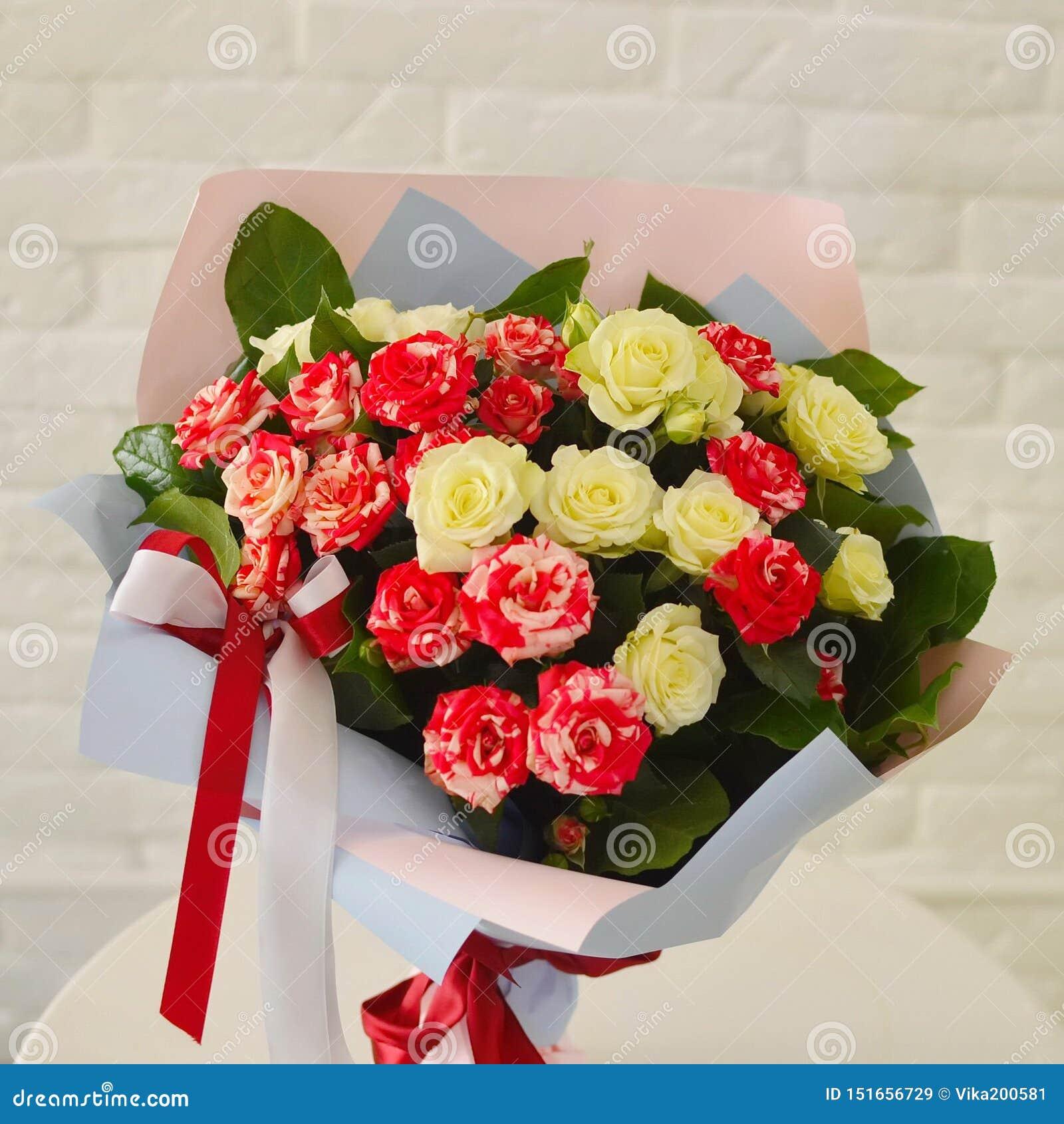 Rosa arbustos em uma tabela