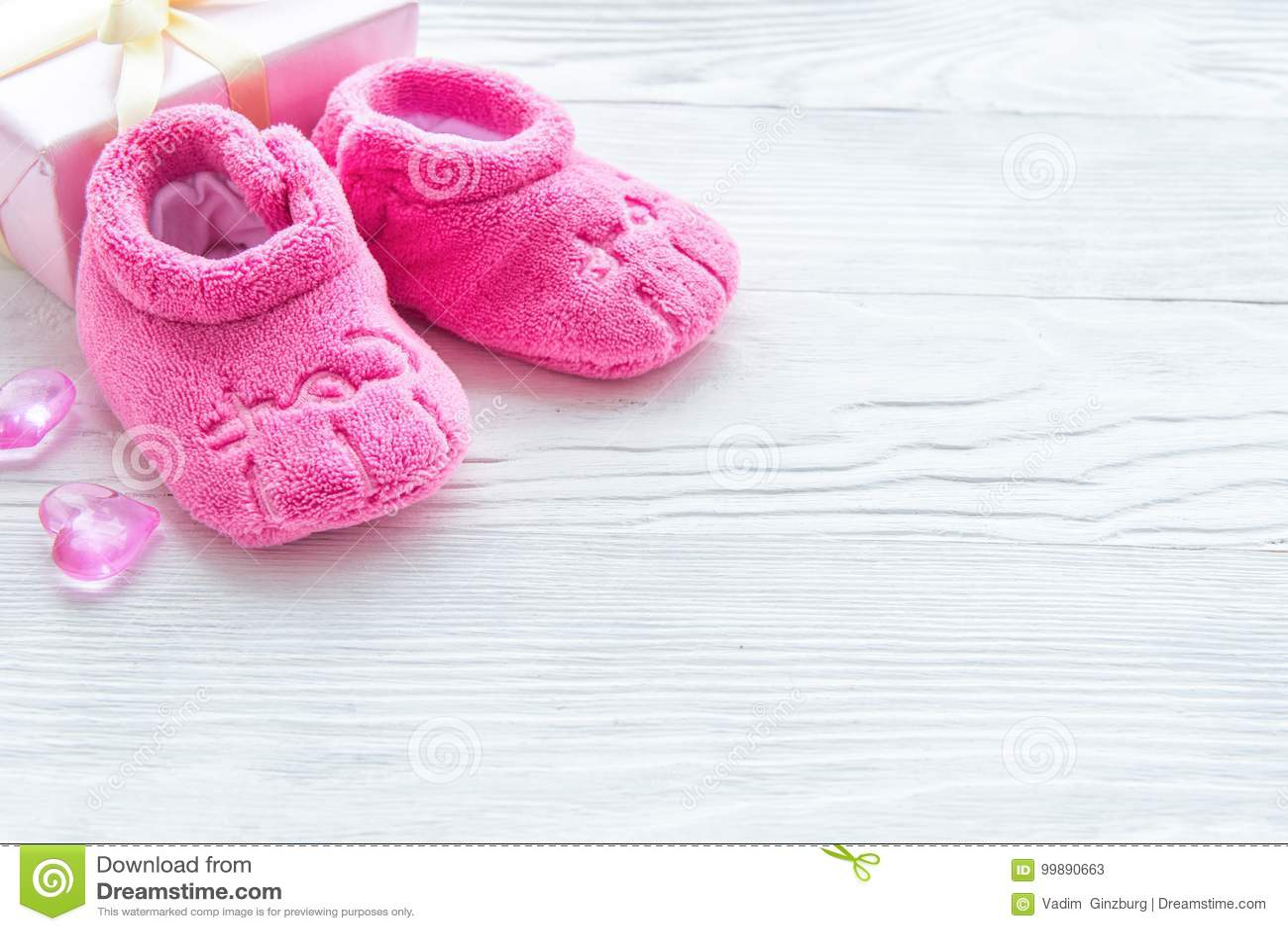 finest selection 4c107 40167 Rosa Baby ` S Babyschuhe Auf Hölzernem Hintergrund Stockbild ...