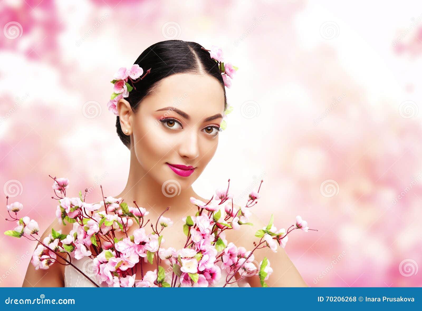 Rosa blommor för kvinnaskönhet, asiatisk modemodell Girl