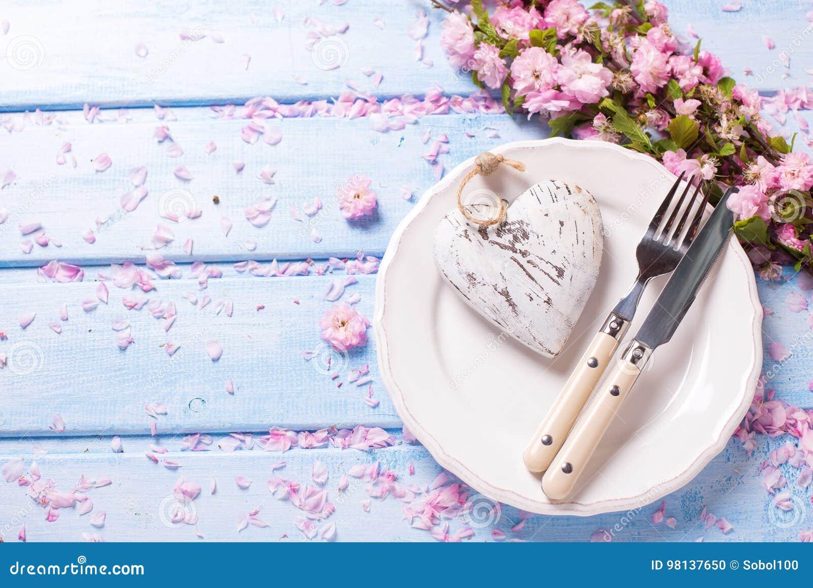 Rosa Blumen Herz Messer Und Gabel Auf Weisser Platte Auf Blauem W