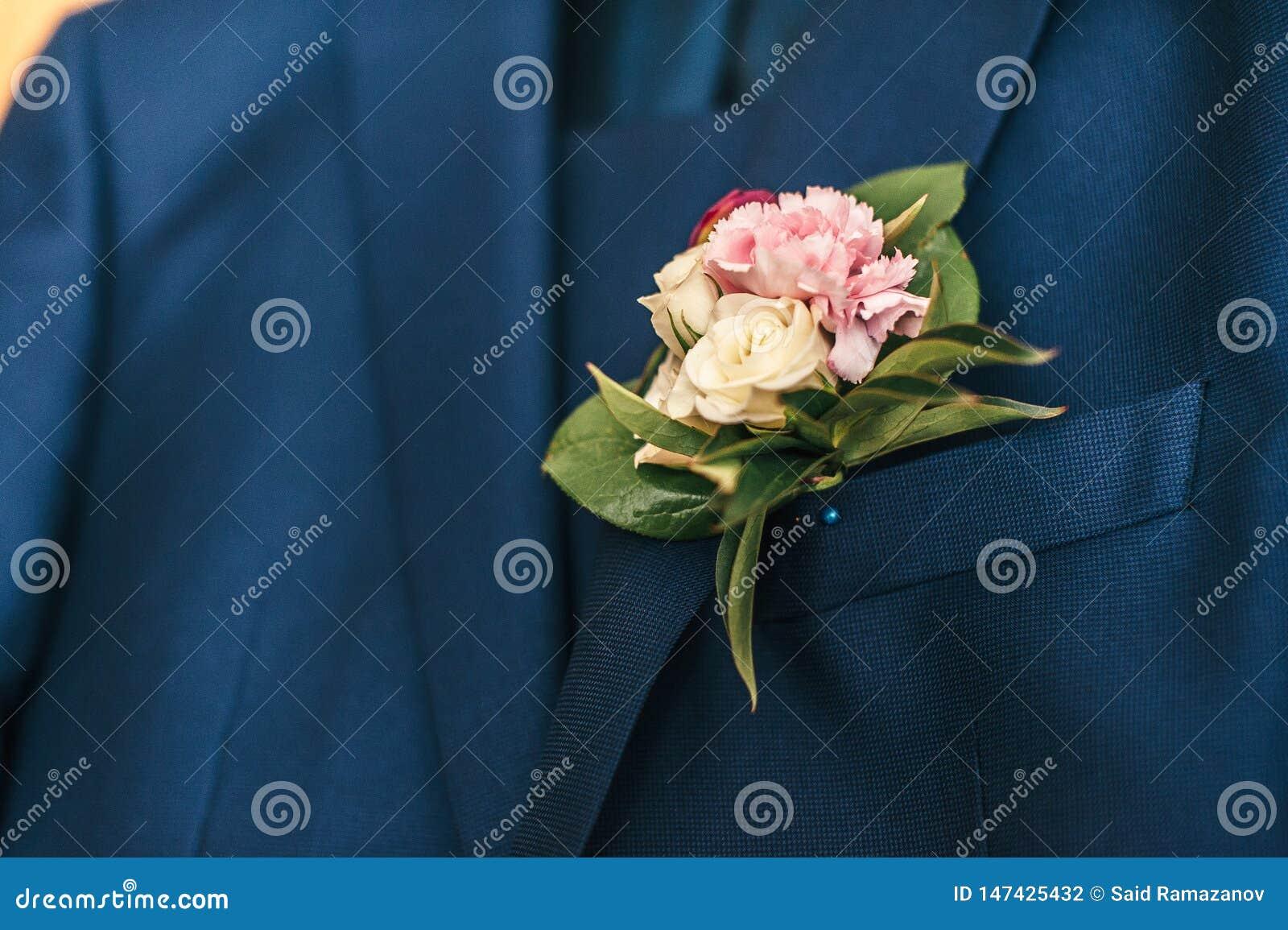 Rosa Blumen im Knopfloch des Bräutigams