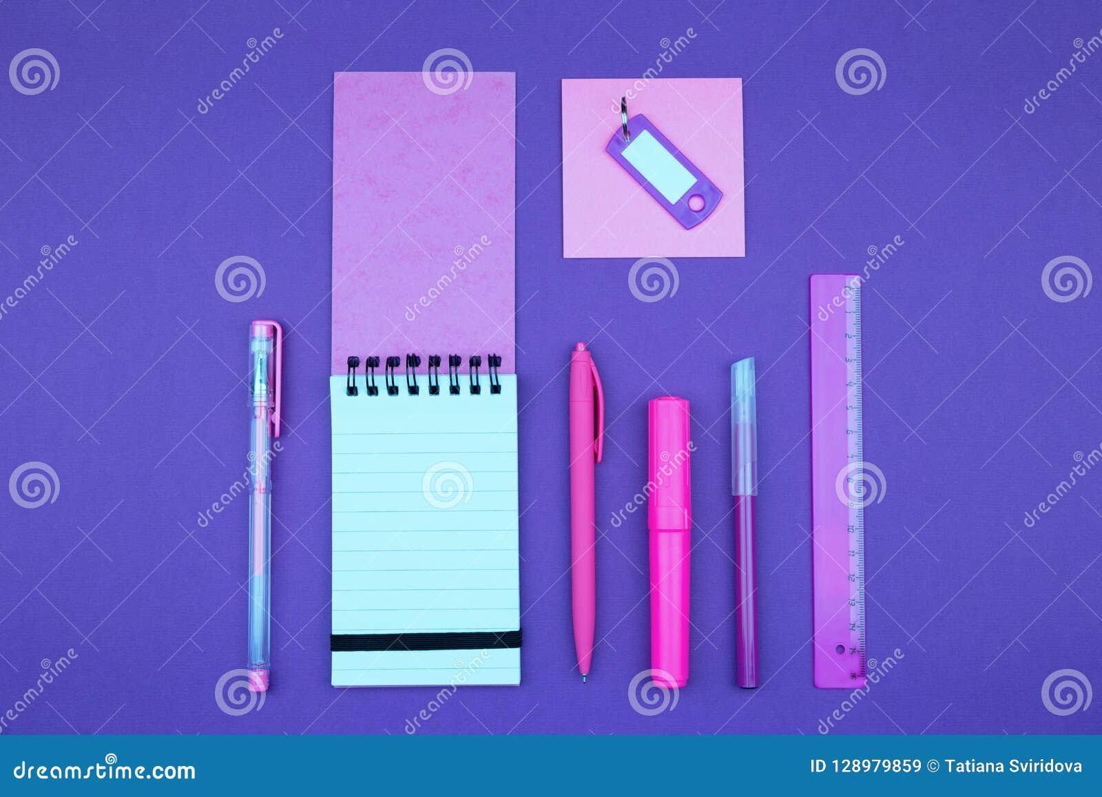Rosa brevpapper för neon på lila bakgrund