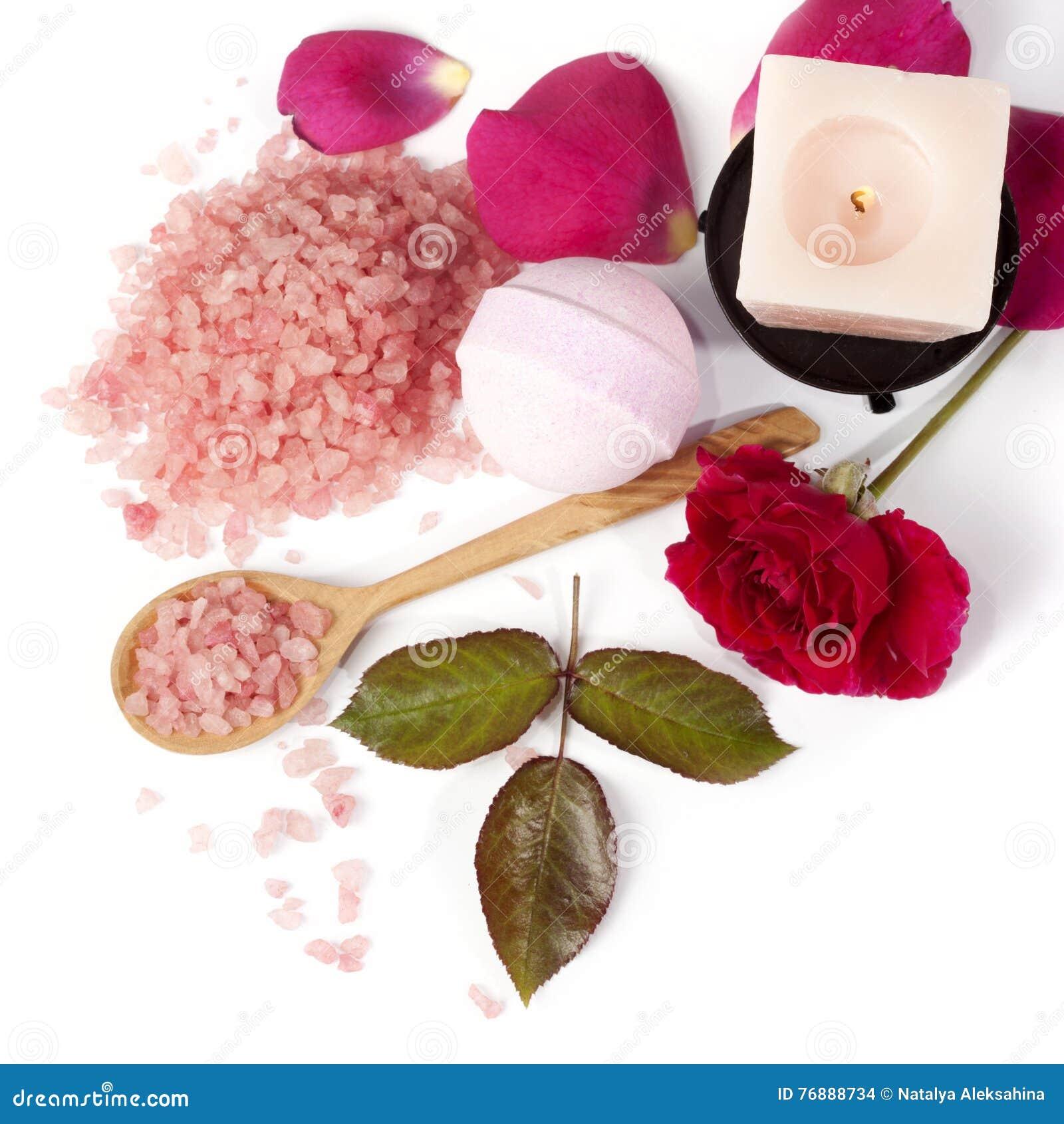 Rosa di rosa con sale da bagno e la candela fotografia - Bagno con sale grosso ...