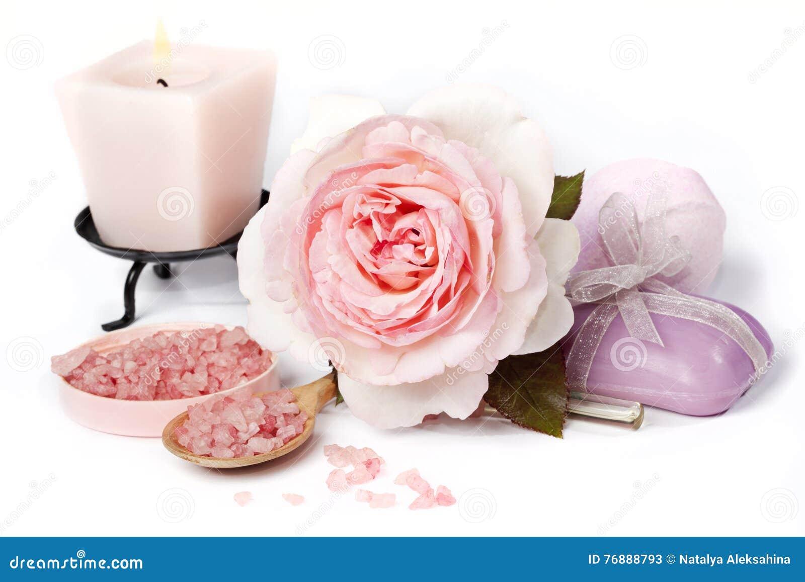 Rosa di rosa con sale da bagno e la candela immagine stock immagine 76888793 - Bagno con sale grosso ...