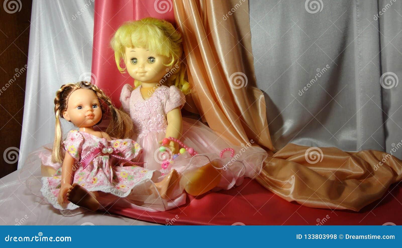 Rosa do jogo do cosiness da casa da menina do vestido da boneca dos brinquedos das bonecas