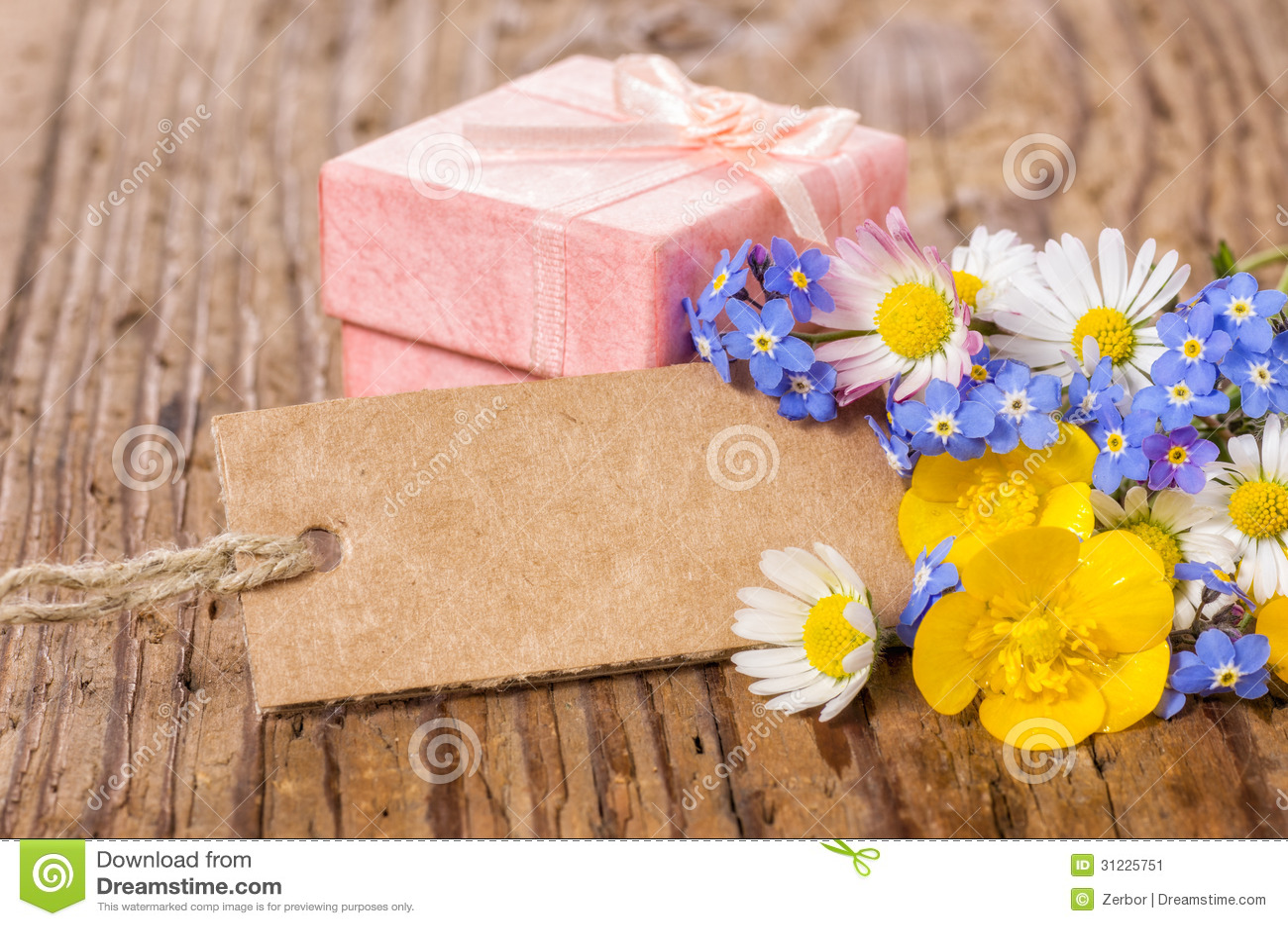 Rosa gåvaask med blommor och kortet