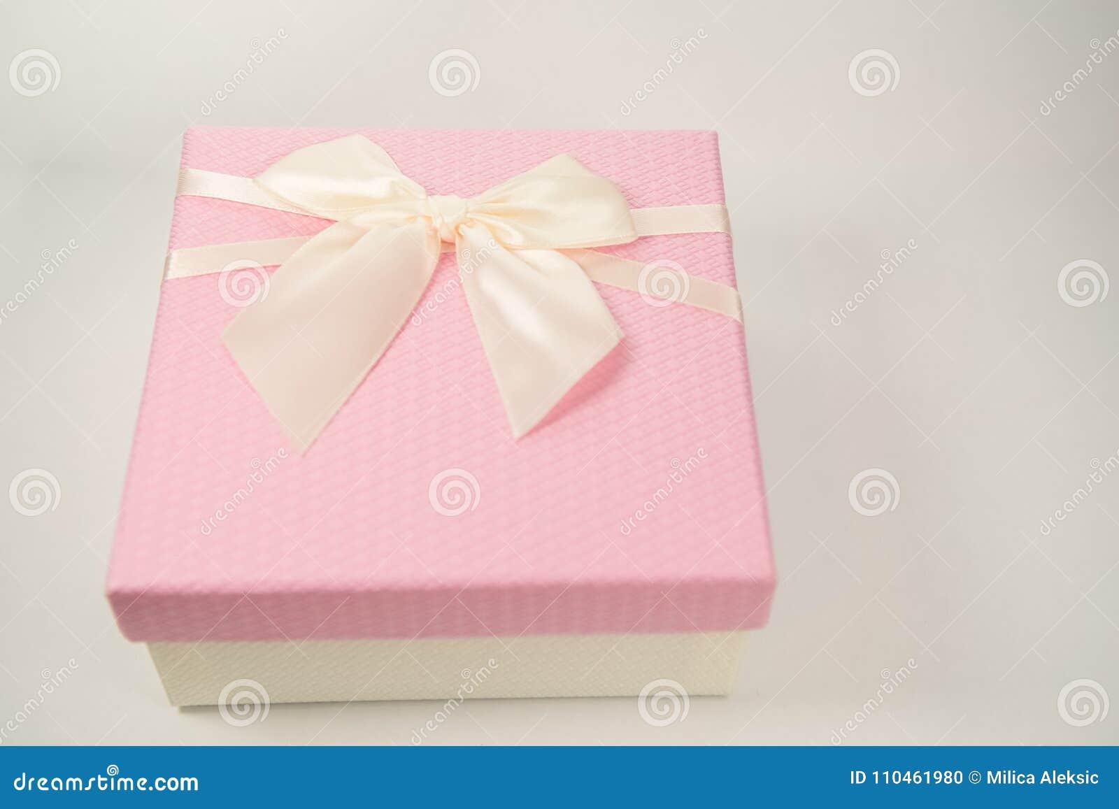 Rosa gåvaask som isoleras på vit bakgrund