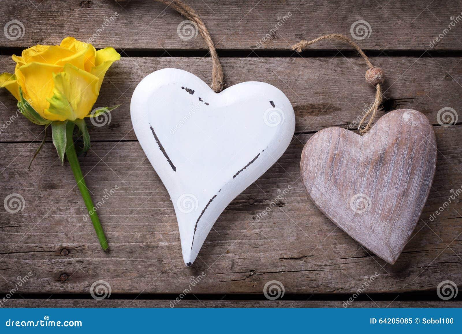 Rosa hermosa del amarillo y corazón decorativo dos