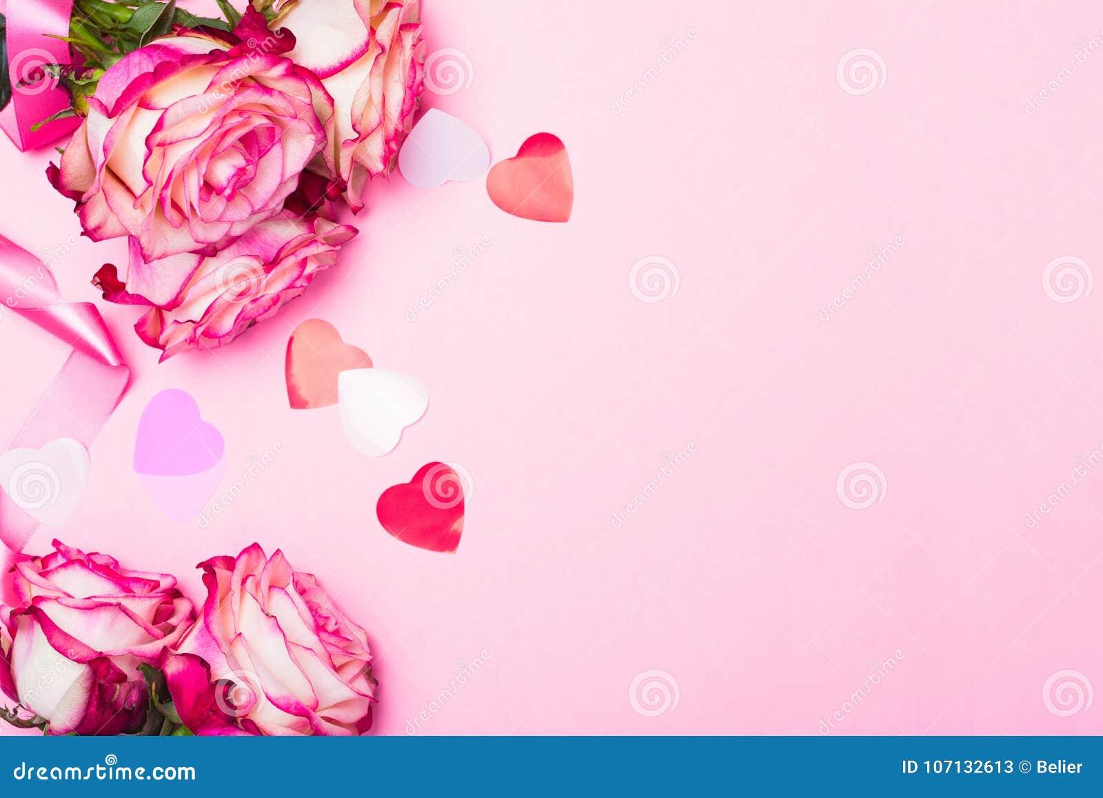 Rosa hermosa del rosa, corazones decorativos del confeti y cinta rosada en fondo rosado del día de tarjetas del día de San Valent