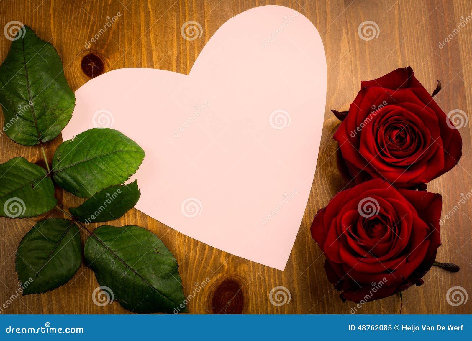 rosa herzgeformte anmerkung mit blatt und rose stockbild