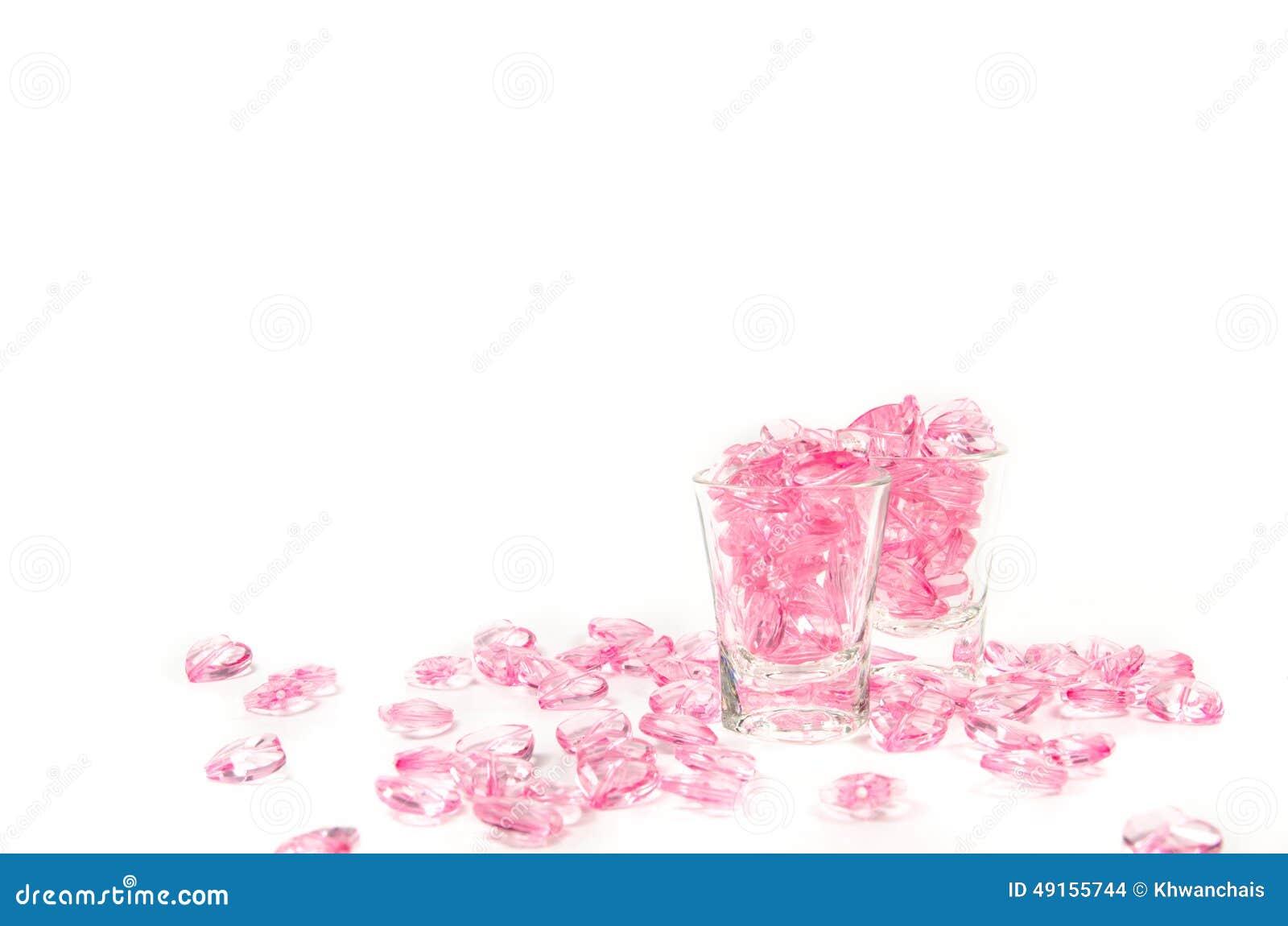 Rosa Herzen Glas auf weißem Hintergrund
