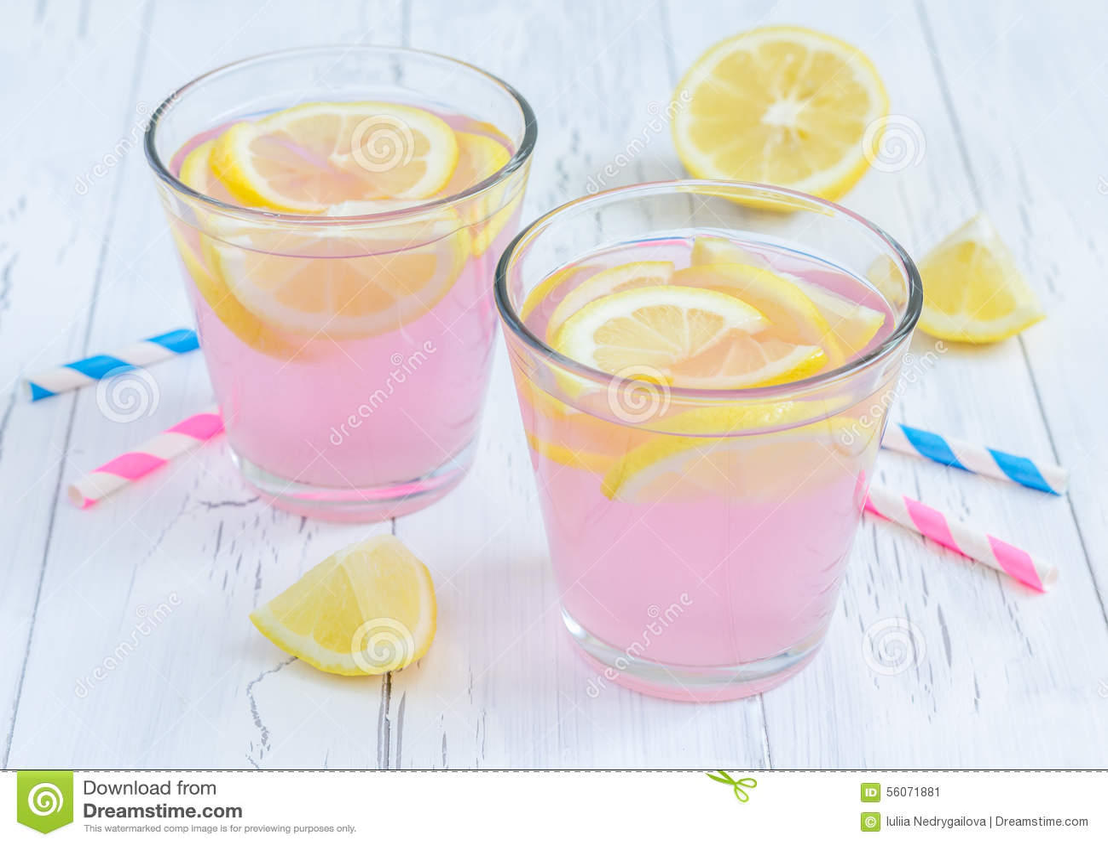 Rosa lemonad med nya citroner