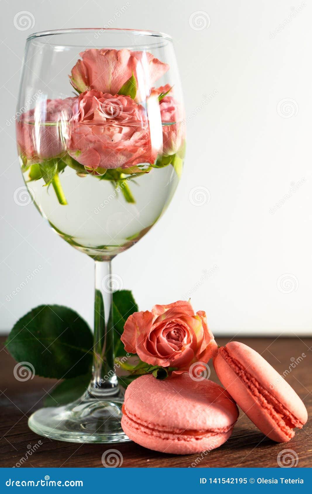 Rosa Makronen mit frischen Blumen