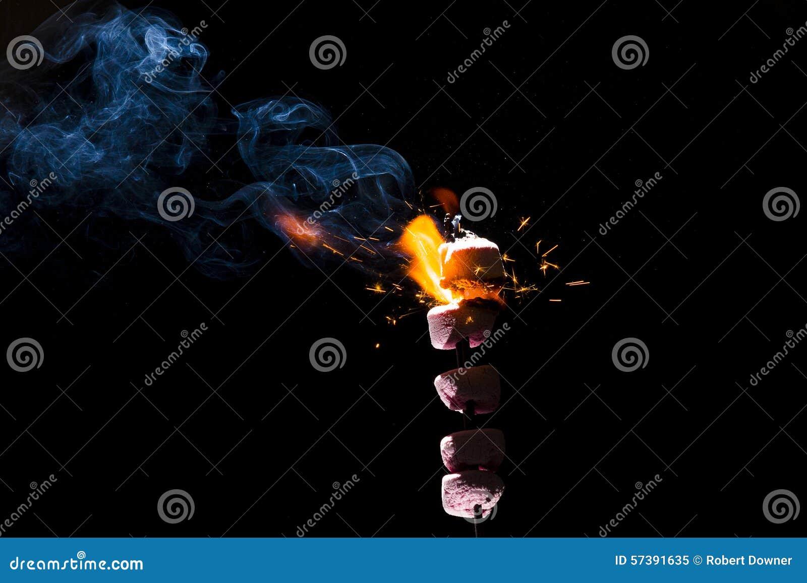 Rosa marshmallower på brand
