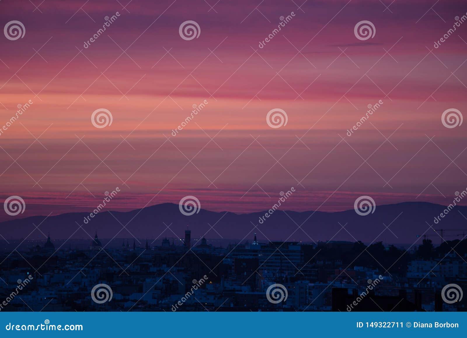 Rosa och purpurfärgad solnedgång i Madrid