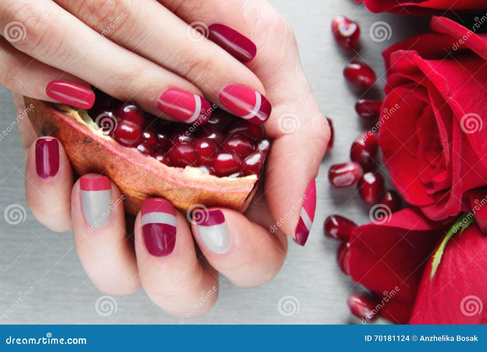 Rosa och röd asymmetri för grå färger, spikar konstmanikyr