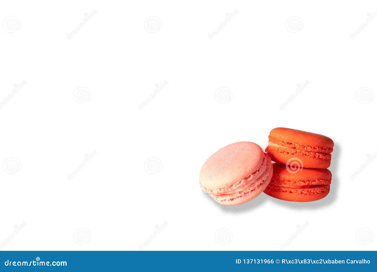 Rosa och röda makron på vit