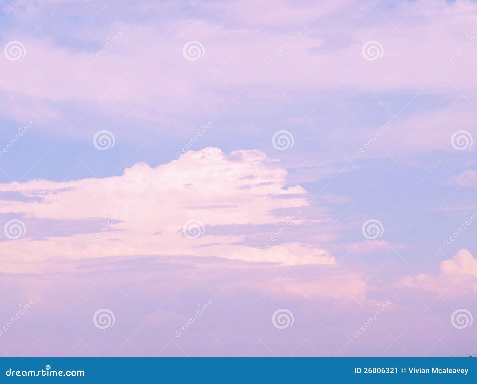 Rosa och vita oklarheter i blå sky
