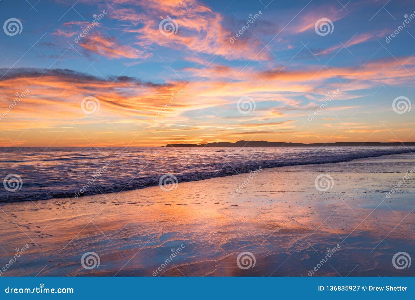 Rosa-, Orange und Blauersonnenuntergang, der den Ozean bei Limantour, Kalifornien übersieht