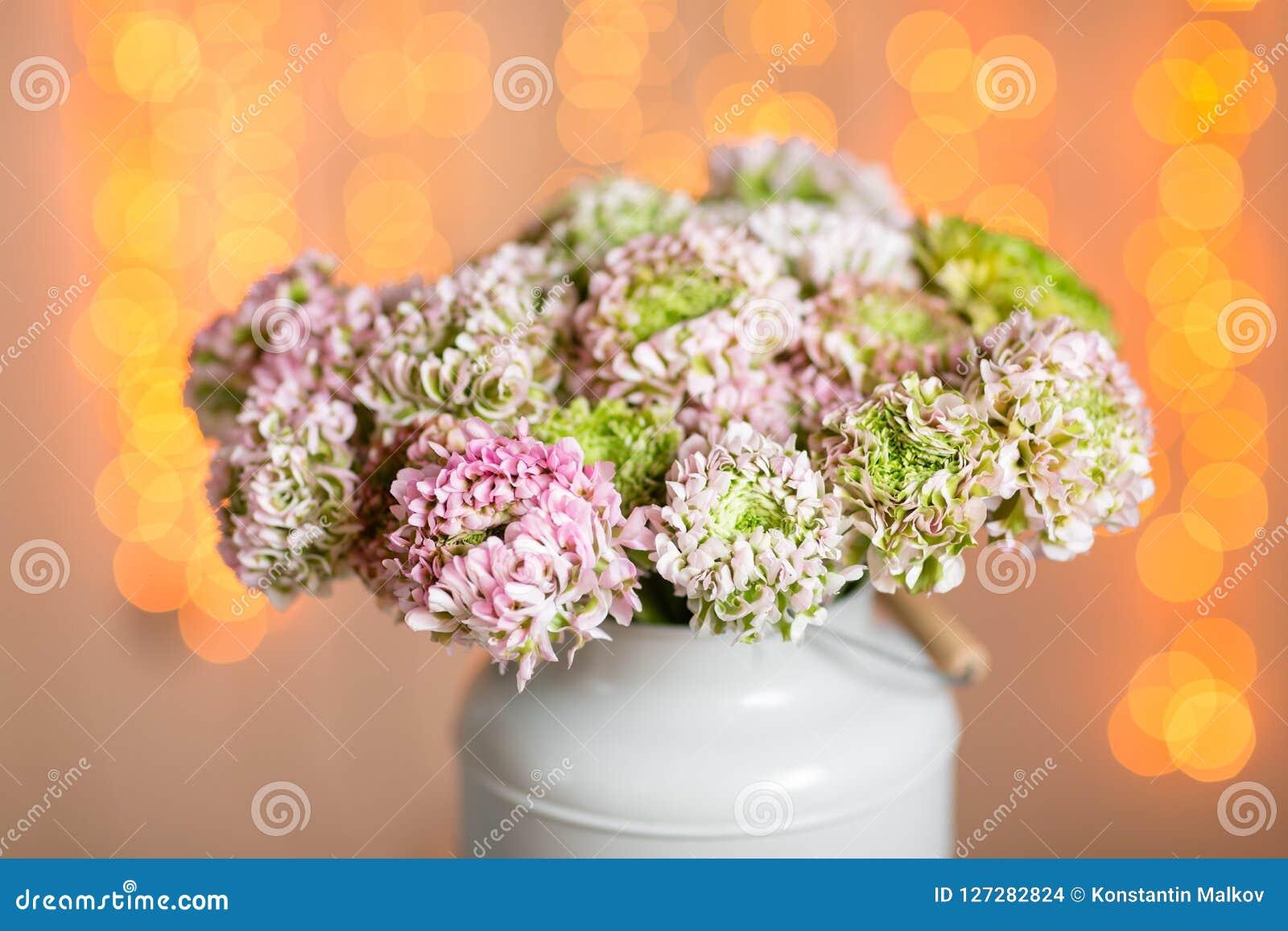Rosa persiska smörblommablommor Den lockiga pionranunculusen i metallisk grå tappning kan Vas med den härliga buketten på