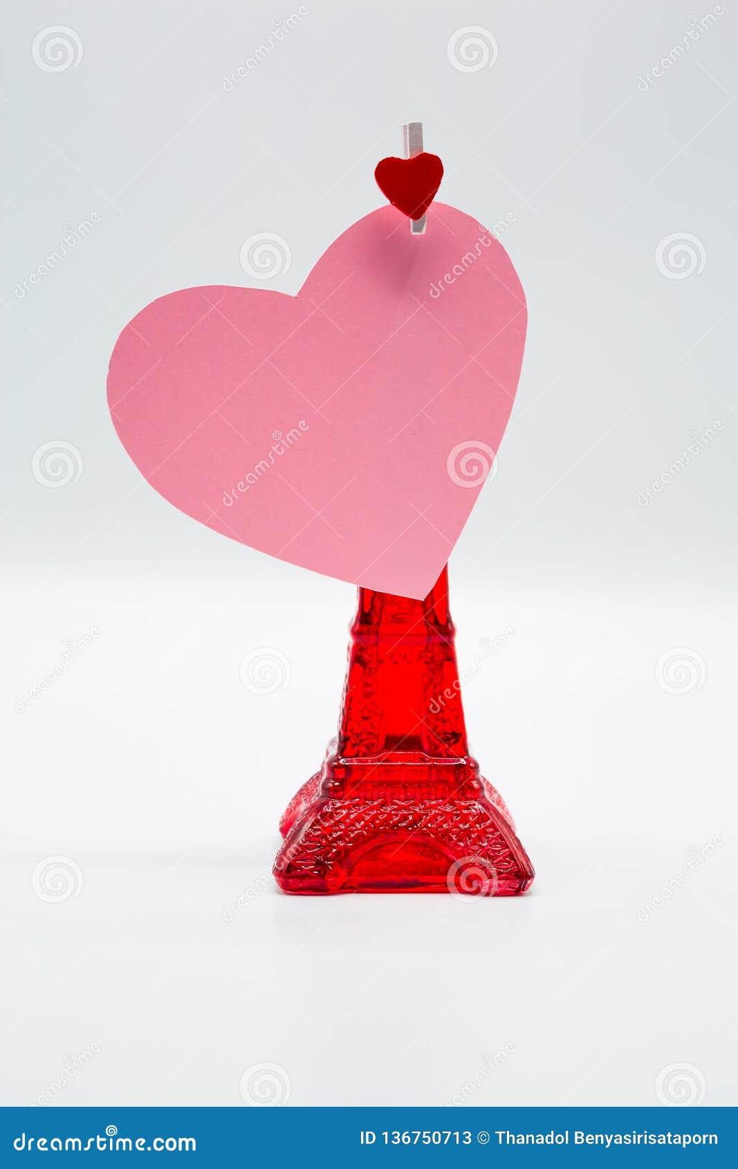 Rosa que corta el corazón de papel con el clip de madera para el día de tarjeta del día de San Valentín feliz