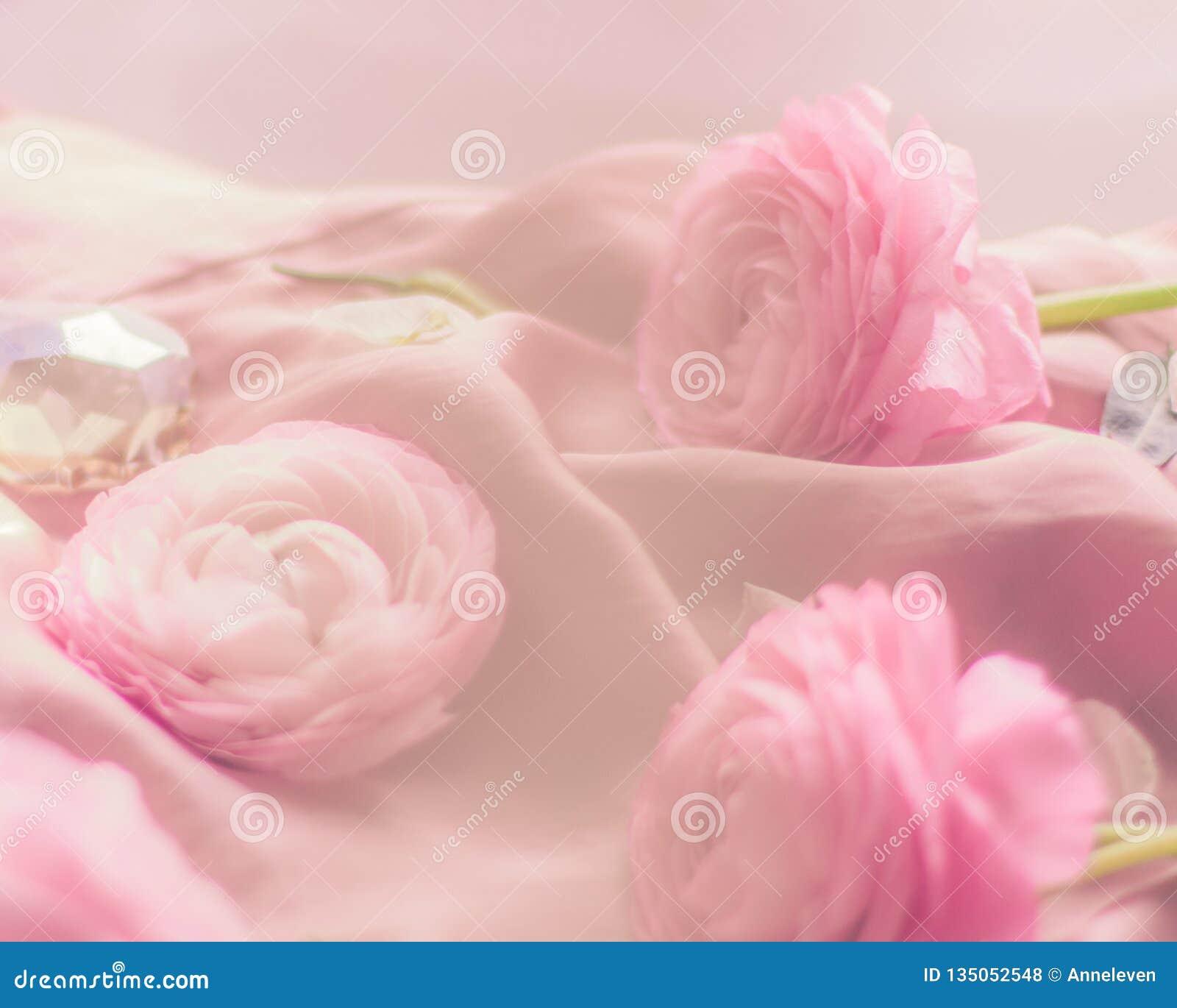 Rosa rosafarbene Blumen auf weicher Seide - Hochzeit, Feiertag und Blumenhintergrund angeredetes Konzept