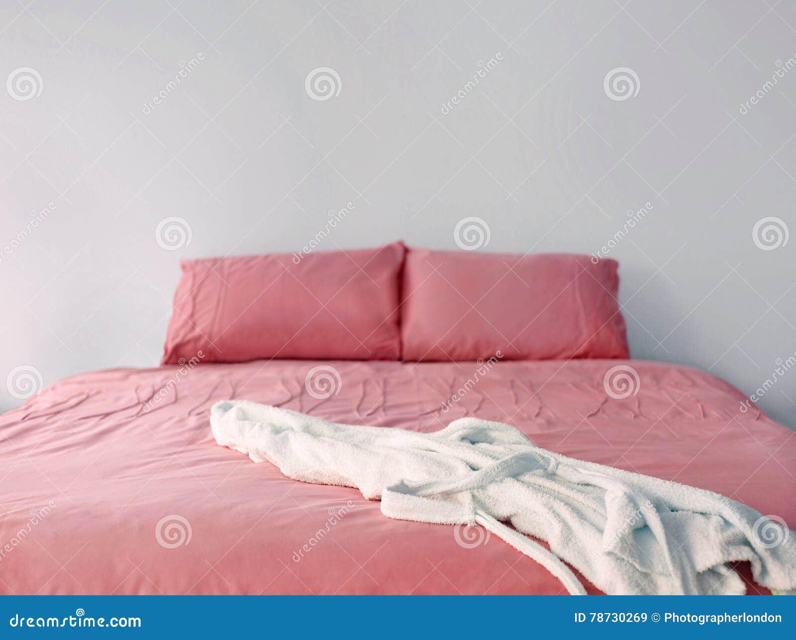 Rosa sängkläder på dubbelsäng