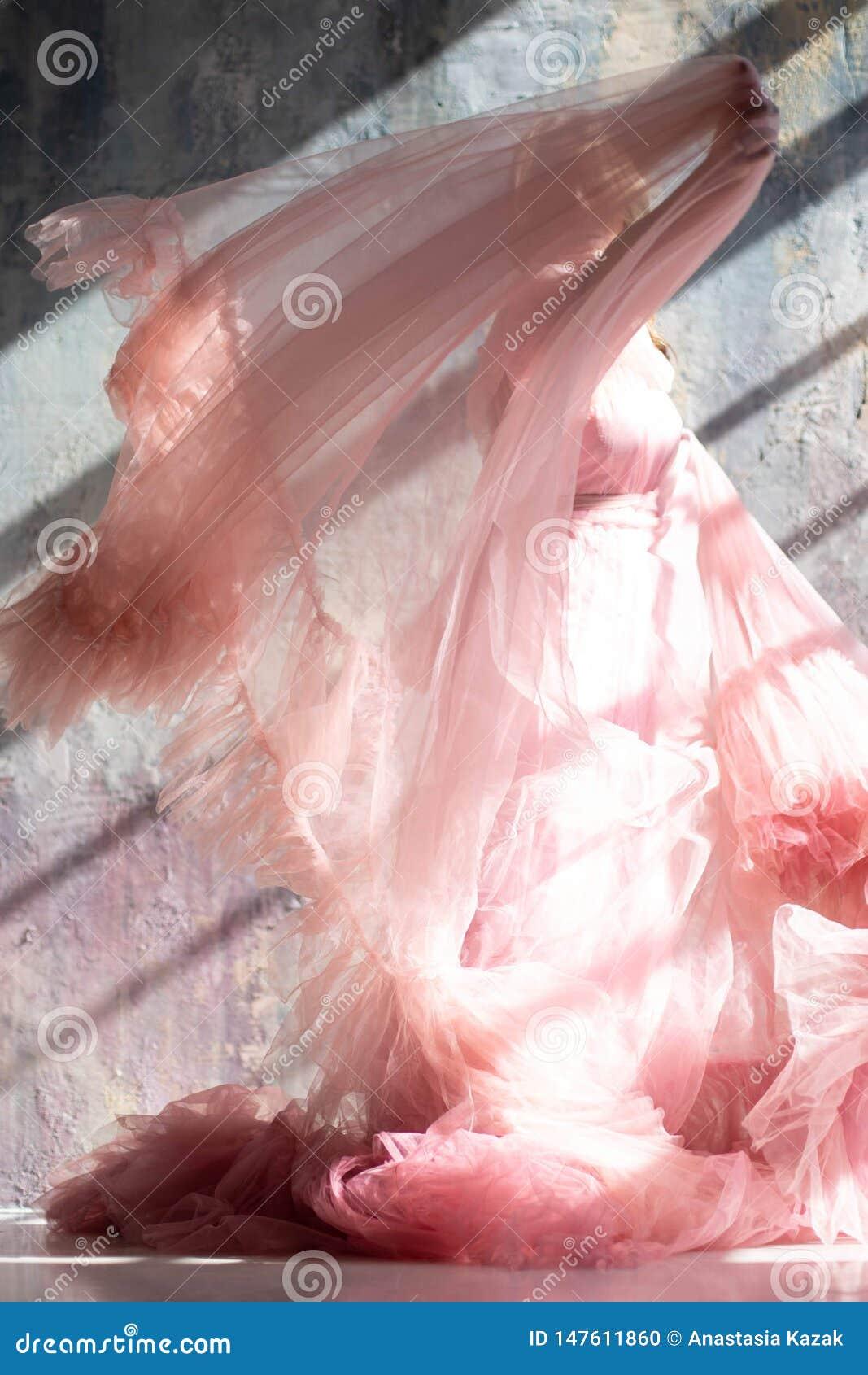 Rosa Schwankleid, gefrorener Moment