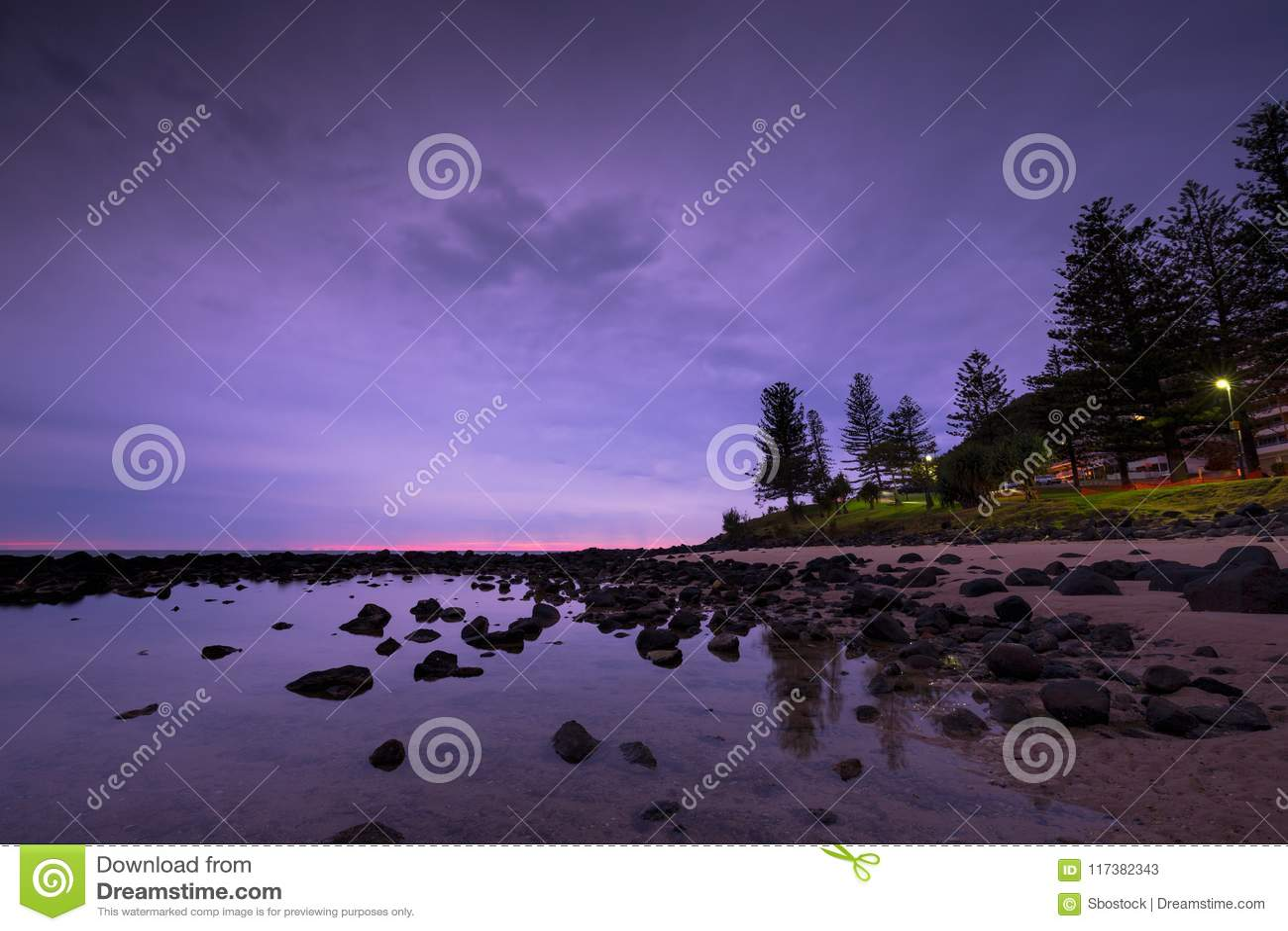 Rosa Sonnenaufgang bei Burleigh geht, Gold Coast, Australien voran