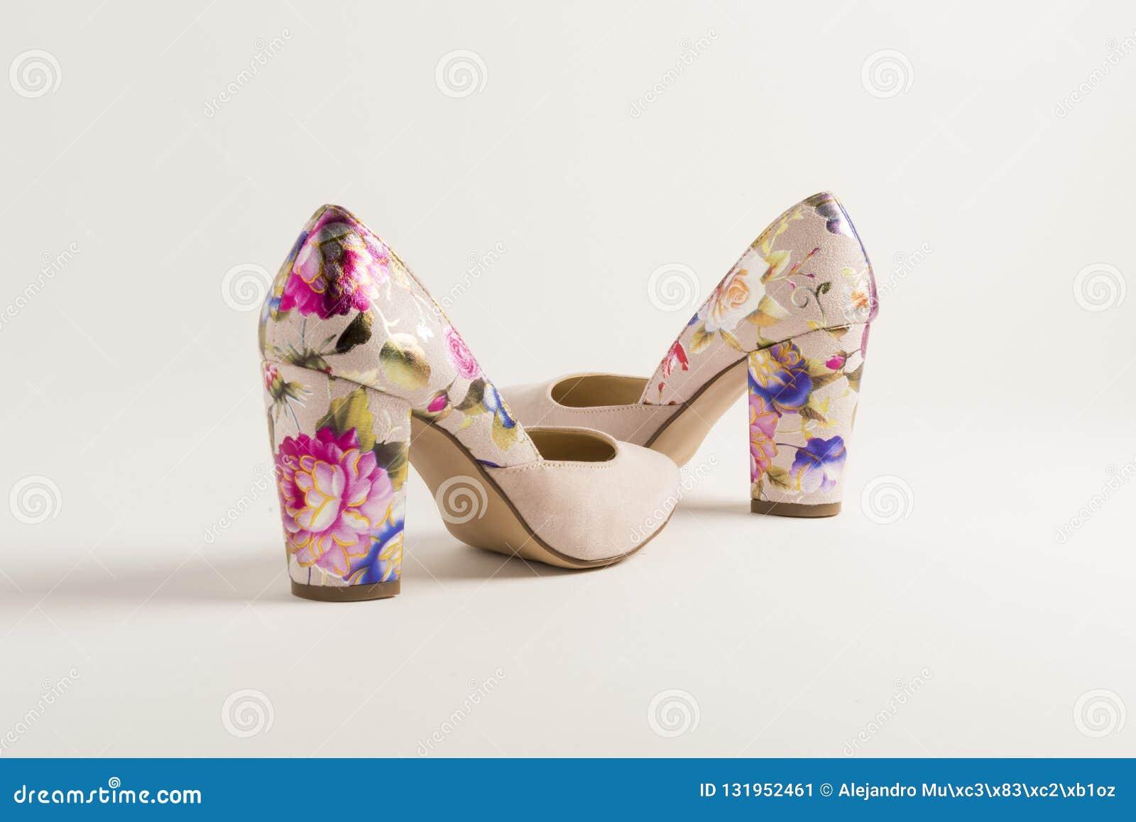 Rosa Stöckelschuh mit Stich von mexikanischen Blumen