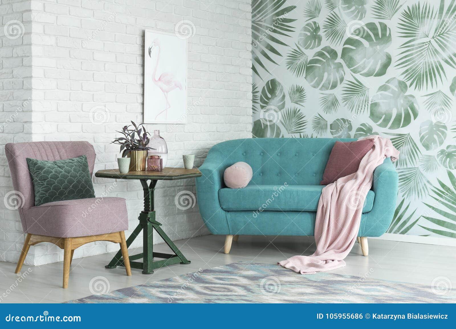 Rosa Stuhl und blaues Sofa