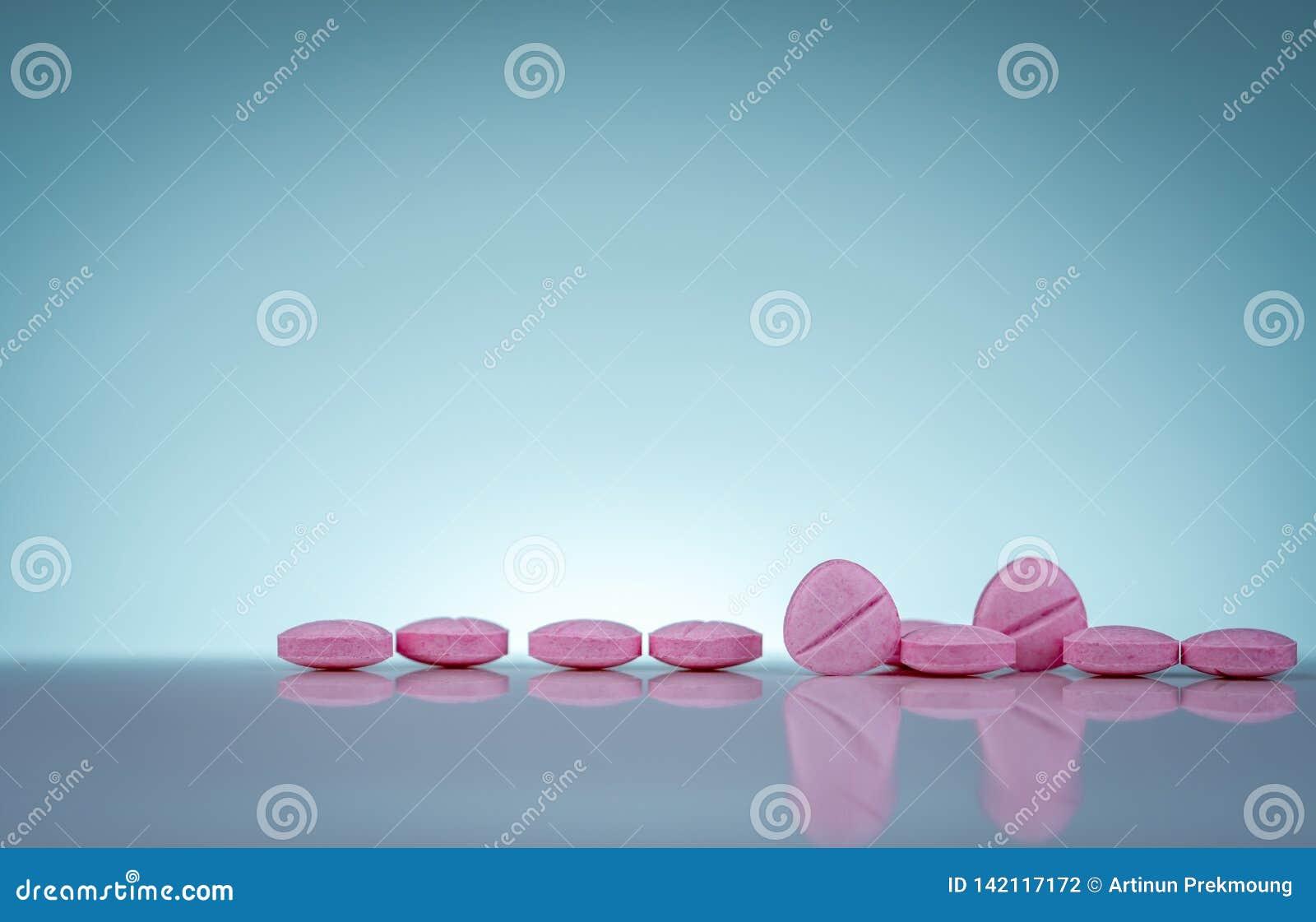Rosa Tablettenpillen mit Schatten auf Steigungshintergrund viele Flaschen Medizin Apothekenprodukte Vitamine und Ergänzungen