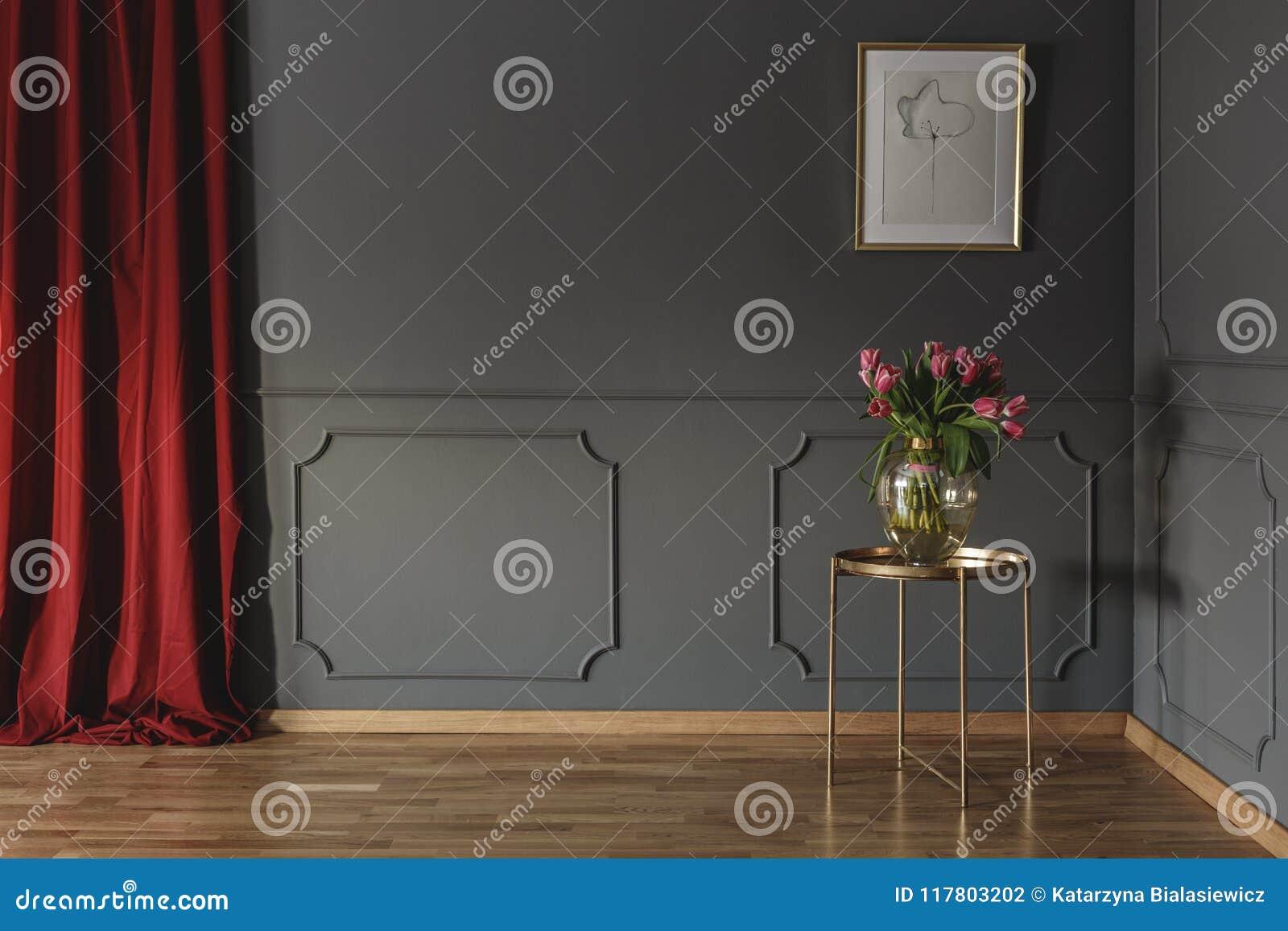 Rosa tulpan på en guld- tabell i hörnet av ett lyxigt inter-
