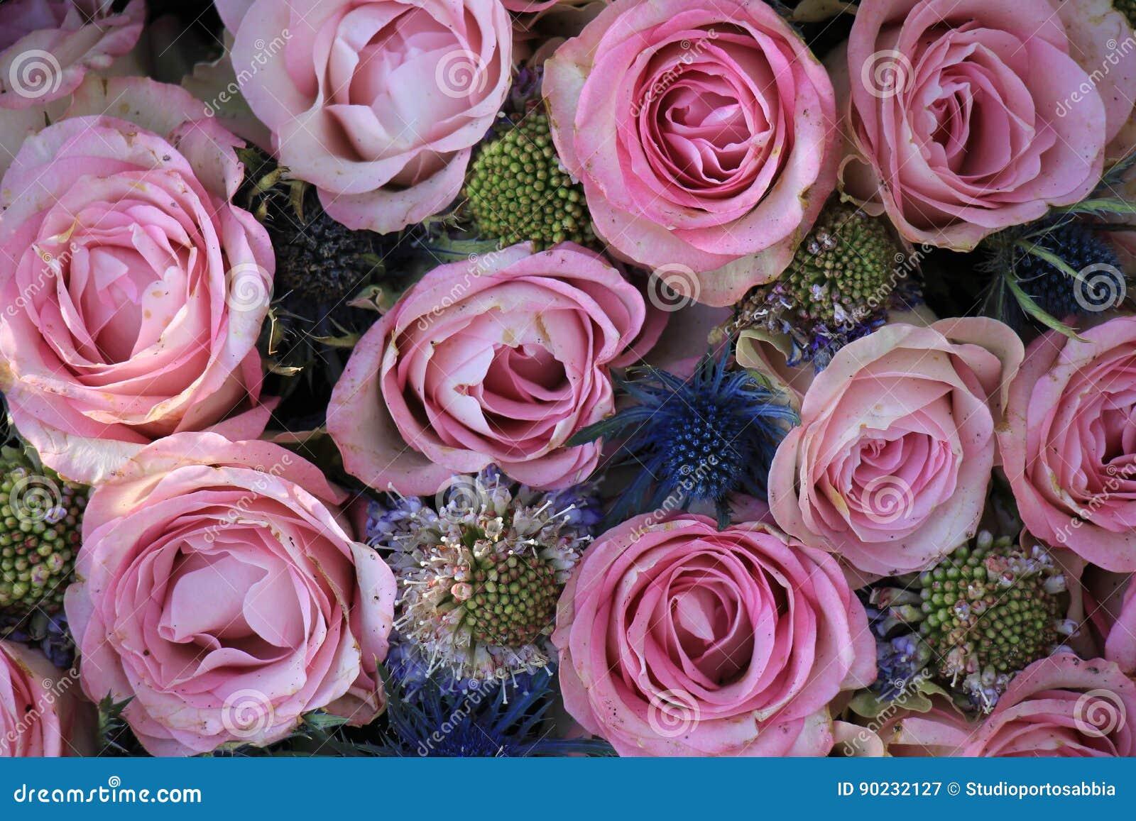 Rosa Und Blaue Hochzeitsblumen Stockbild Bild Von Mittelstuck