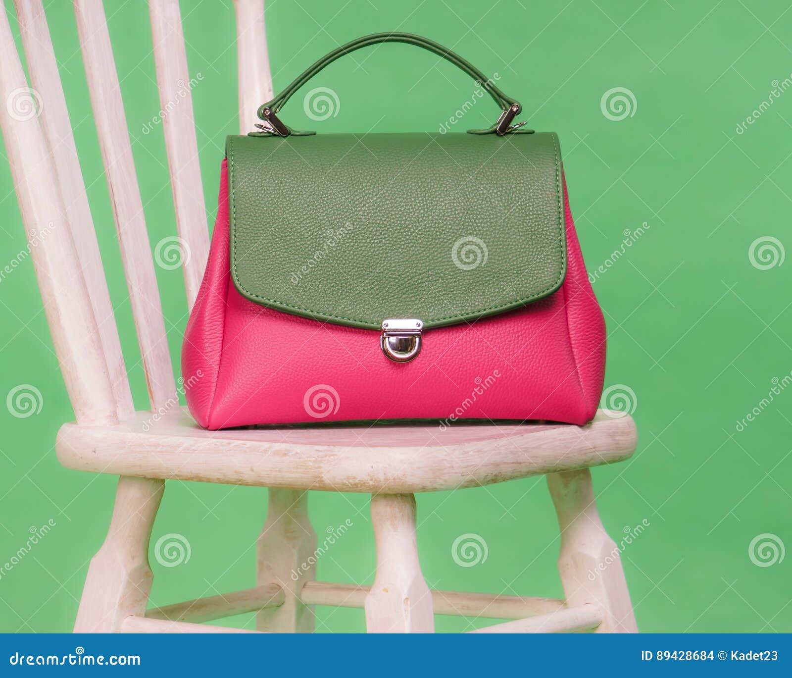 Rosa Und Grüne Frau S Handtasche Die Auf Einem Stuhl Steht