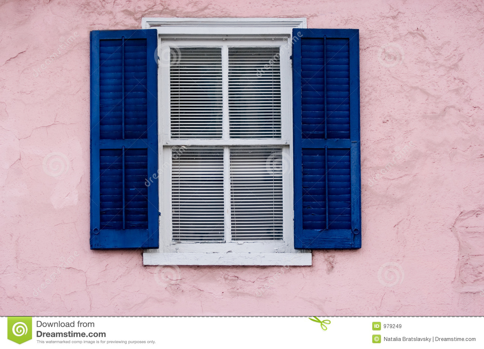 Rosa väggfönster