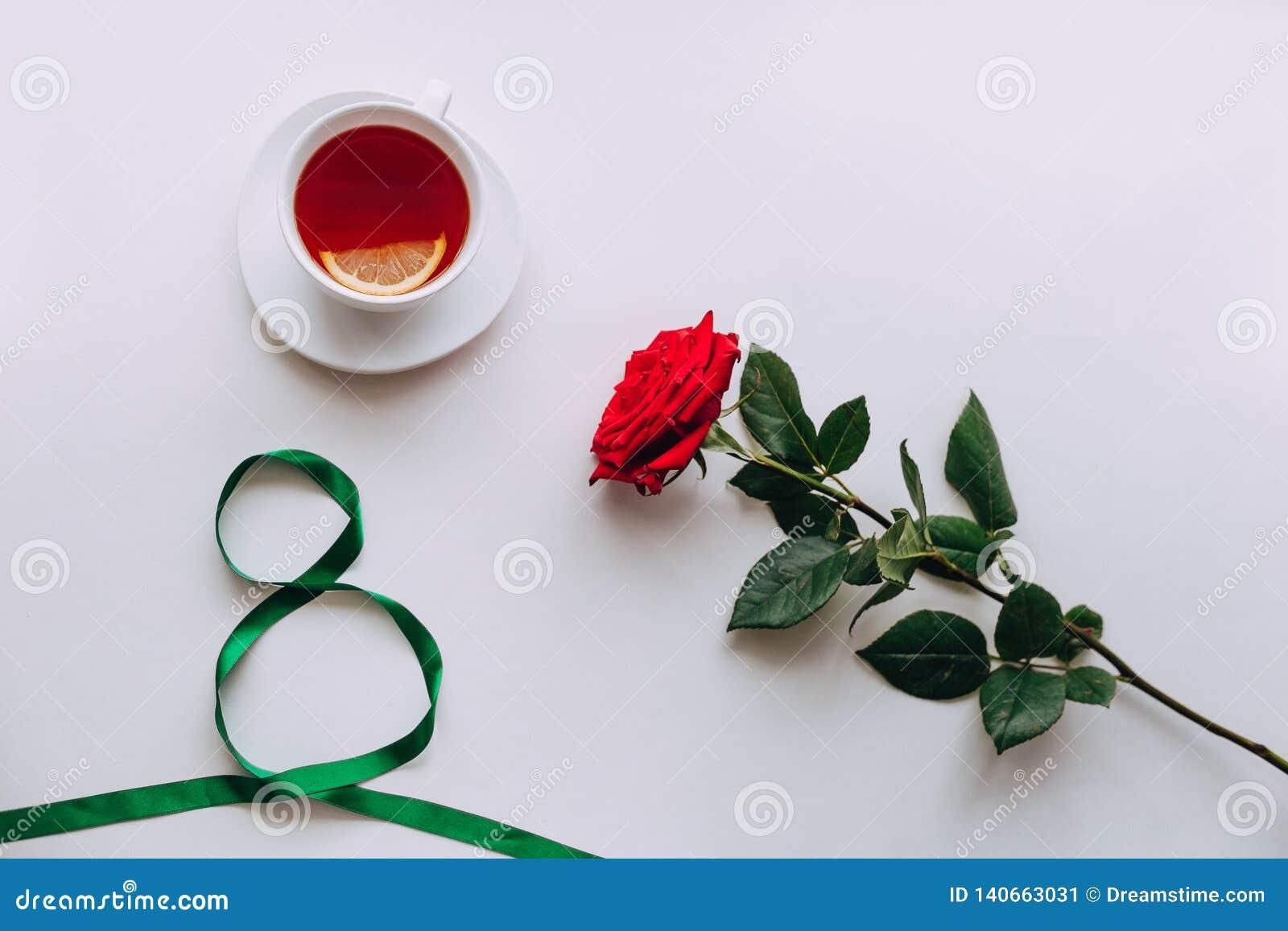 Rosa vermelha em um fundo branco, fita daqui até o 8 de março