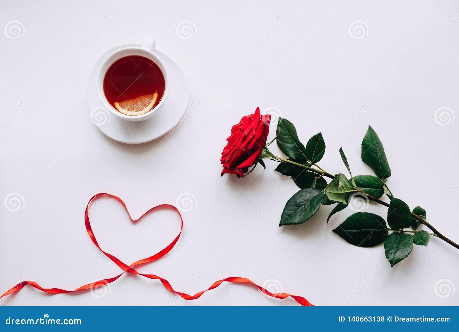 Rosa vermelha em um fundo branco, fita no coração do ide daqui até o 8 de março