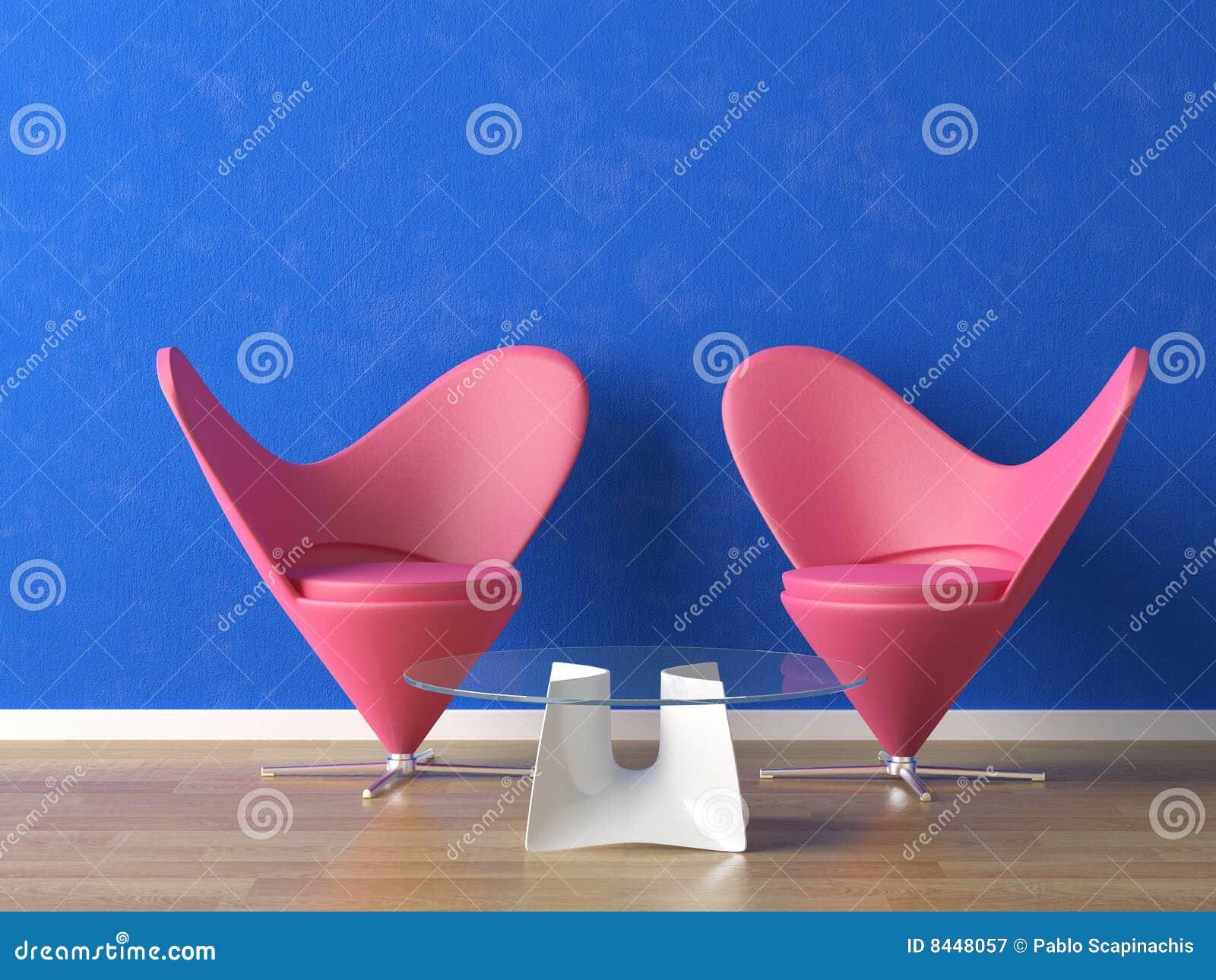 Rosafarbene Sitze auf blauer Wand