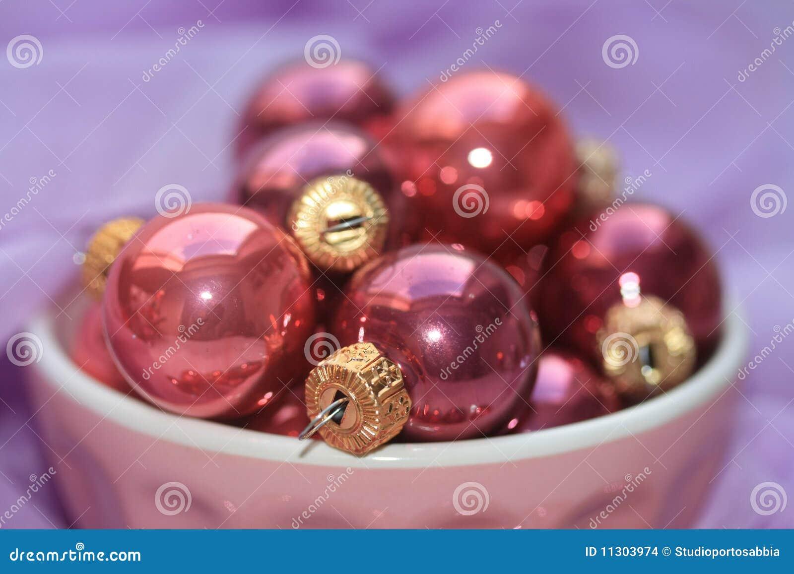 Rosafarbene und purpurrote Weihnachtsdekorationen