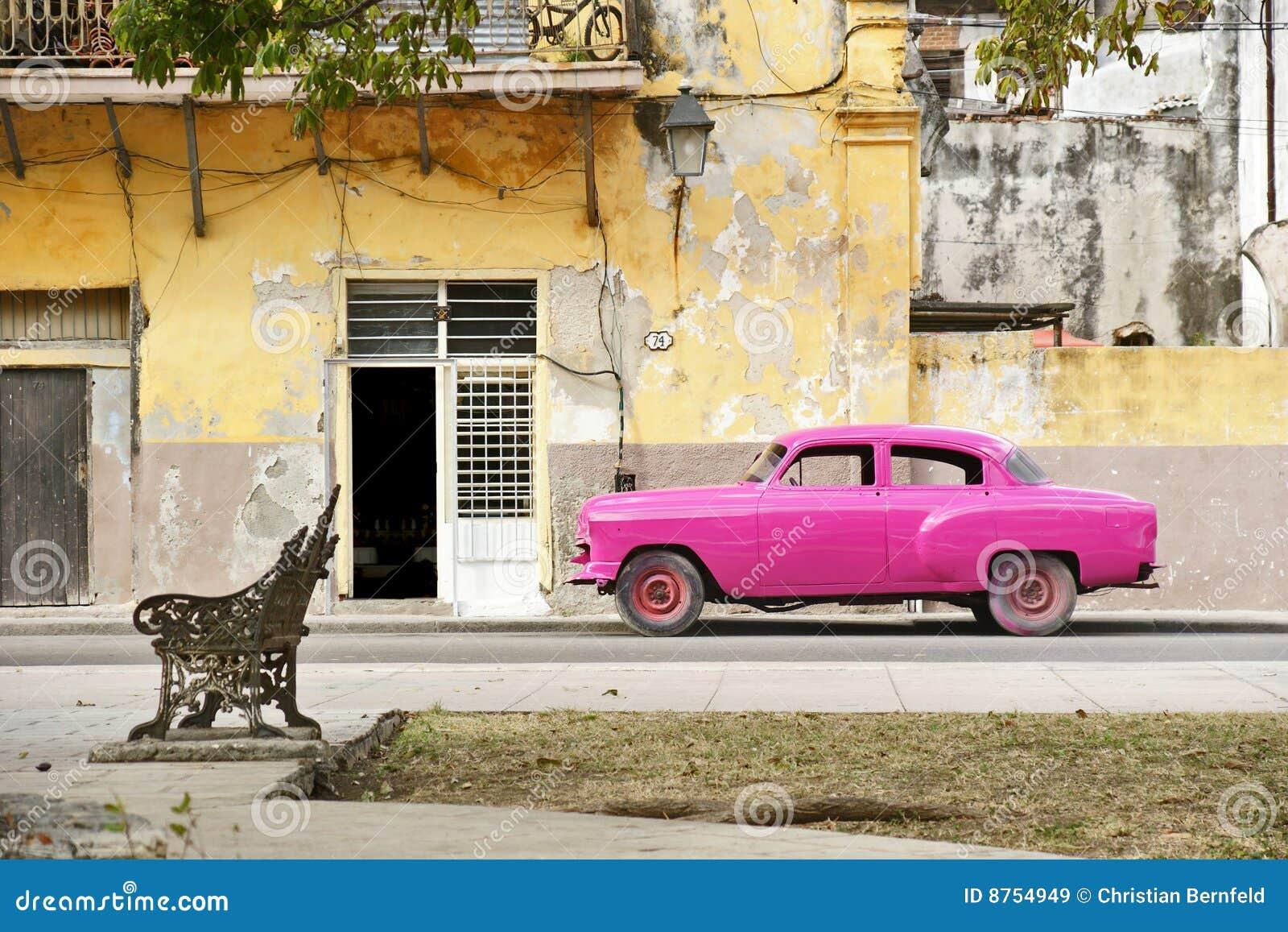 Rosafarbenes Auto in Havana