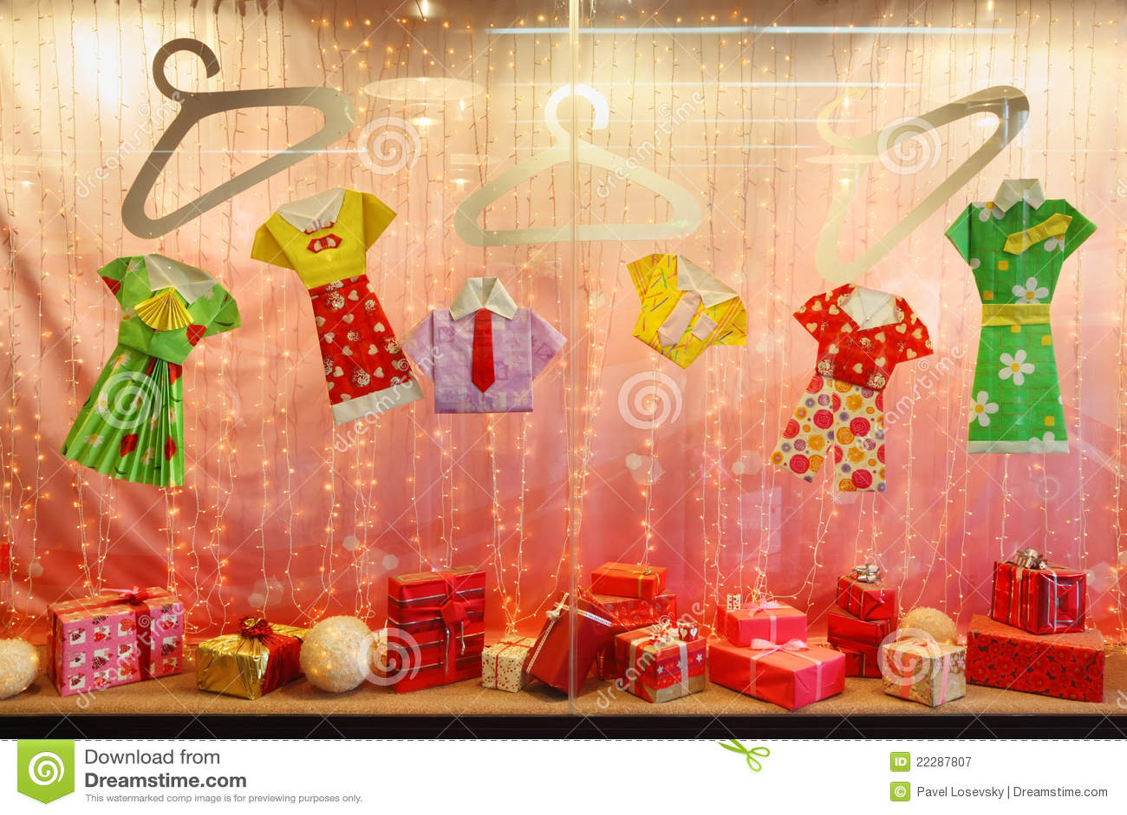 Rosafarbenes Schaufenster Mit Geschenken Und Papier-Kleidung ...