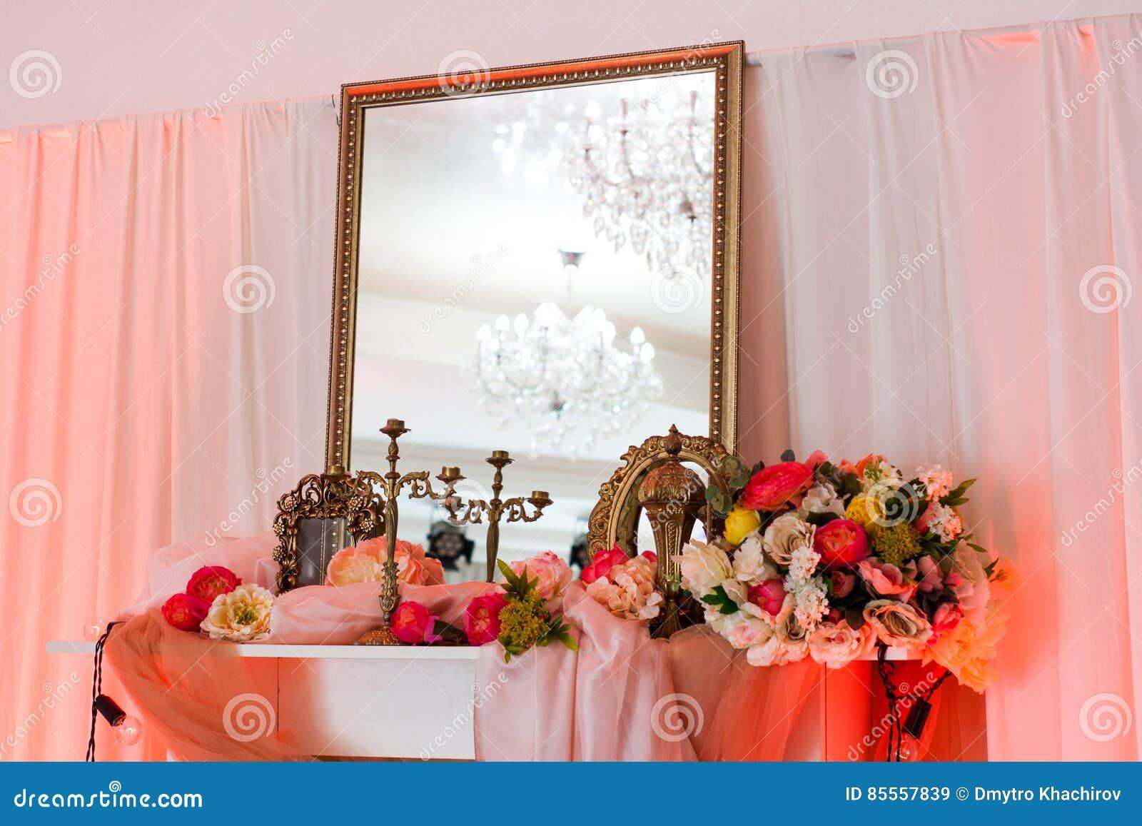 Rosainnenraum mit Spiegel und Blumen