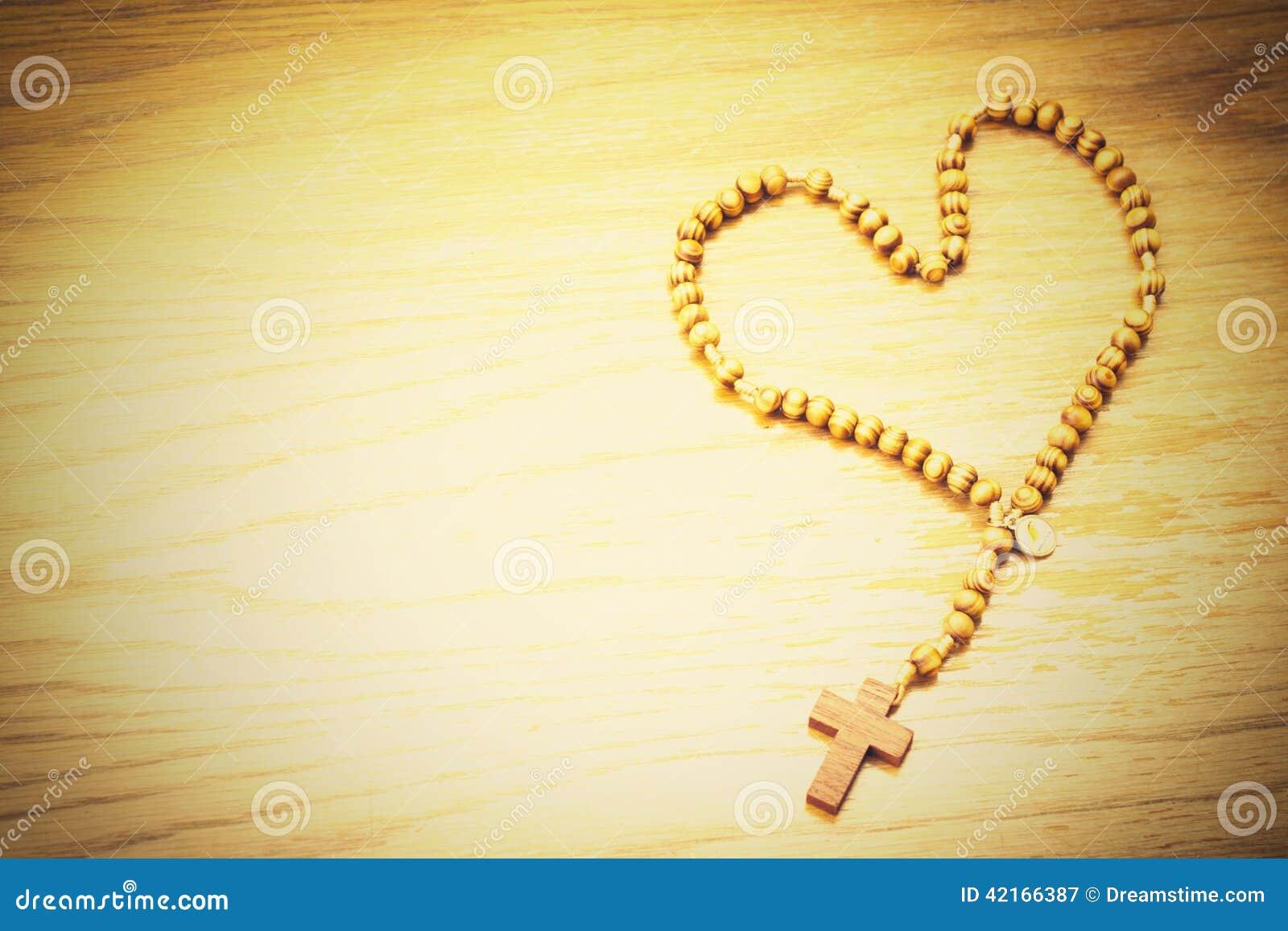 Rosario en un fondo de madera 1 imagen de archivo imagen for Aberturas de madera en rosario precios