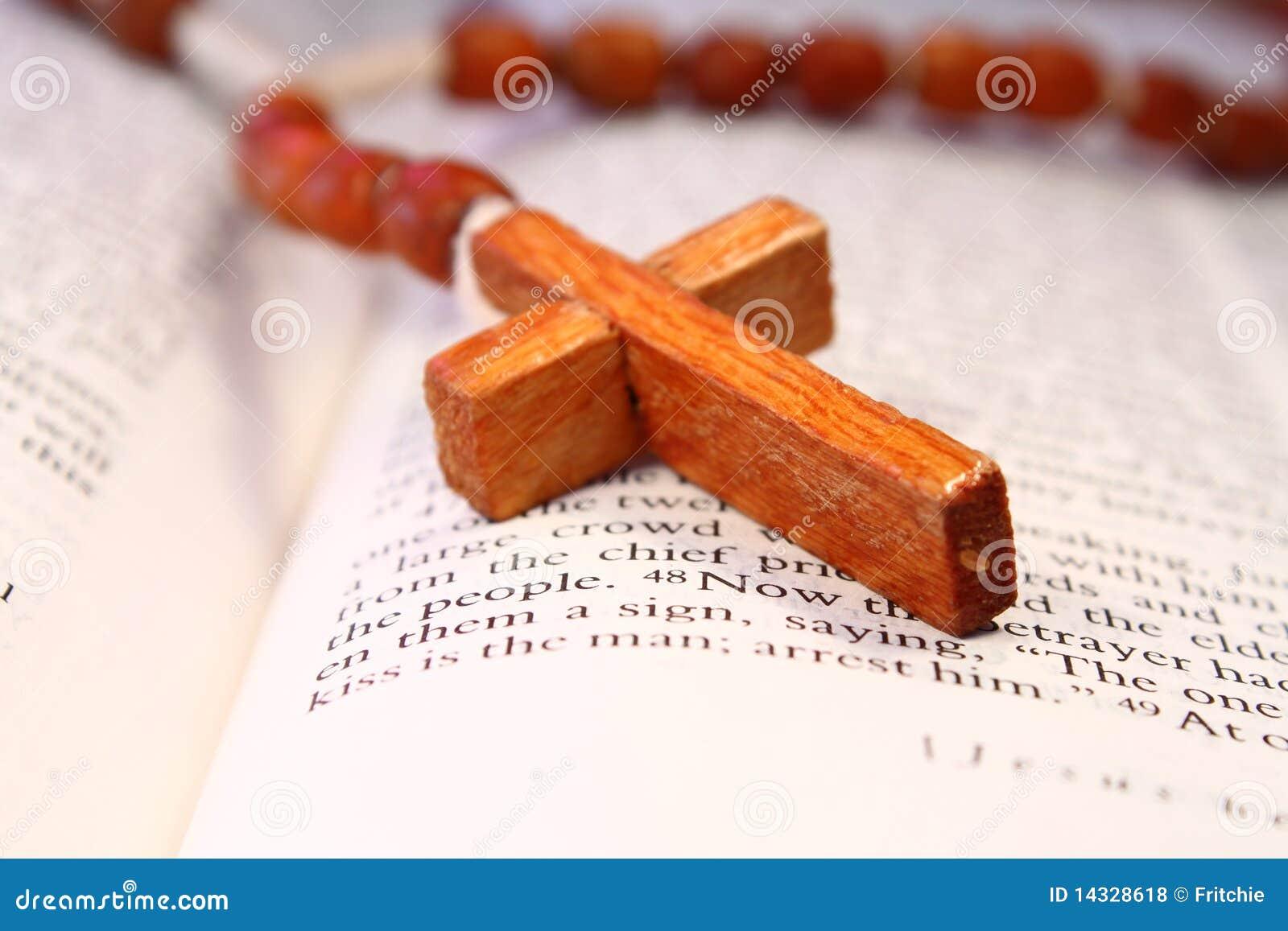 Rosary креста библии открытый деревянный стоковое фото