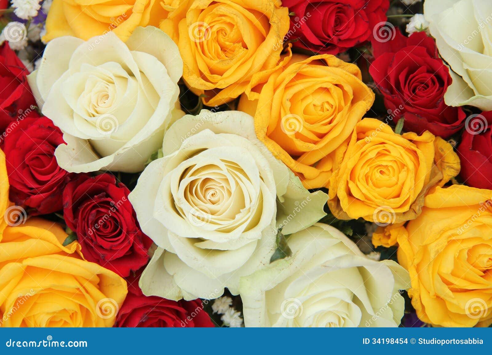 Rosas Amarelas Brancas E Vermelhas Em Um Arranjo Do Casamento Foto