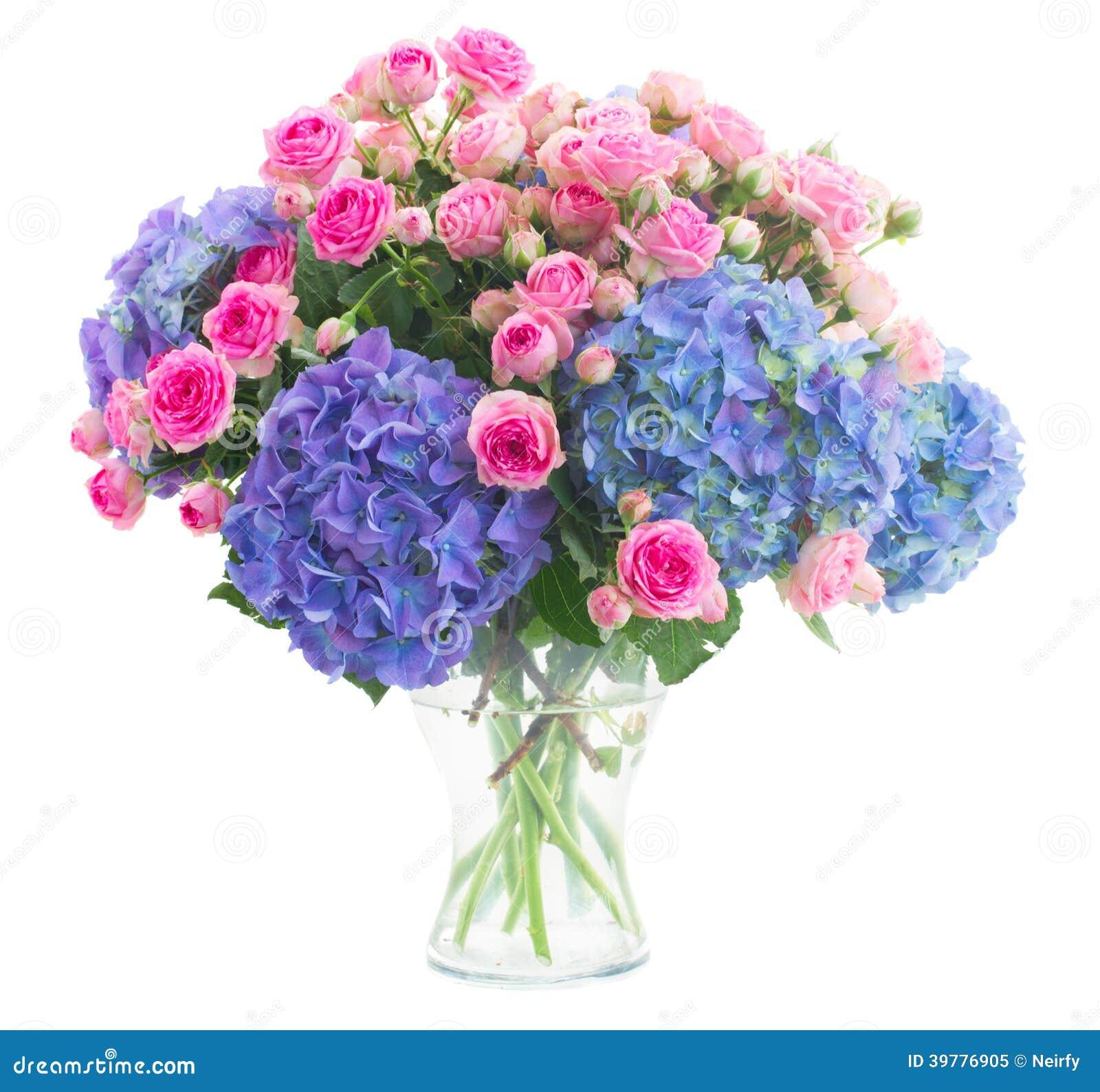 Rosas cor-de-rosa frescas do ramalhete e flores azuis do hortensia