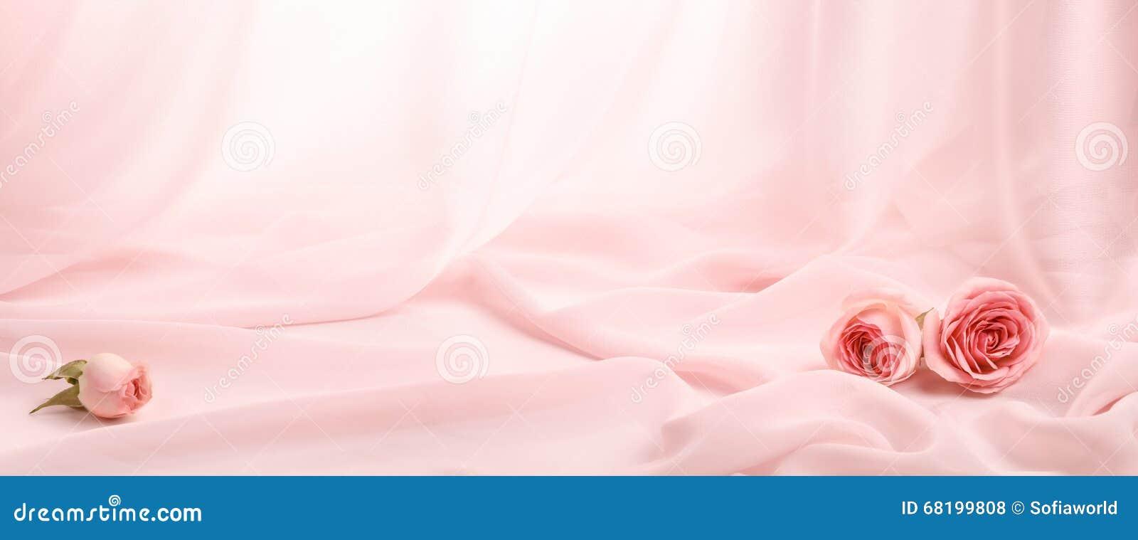 Rosas cor-de-rosa na seda macia