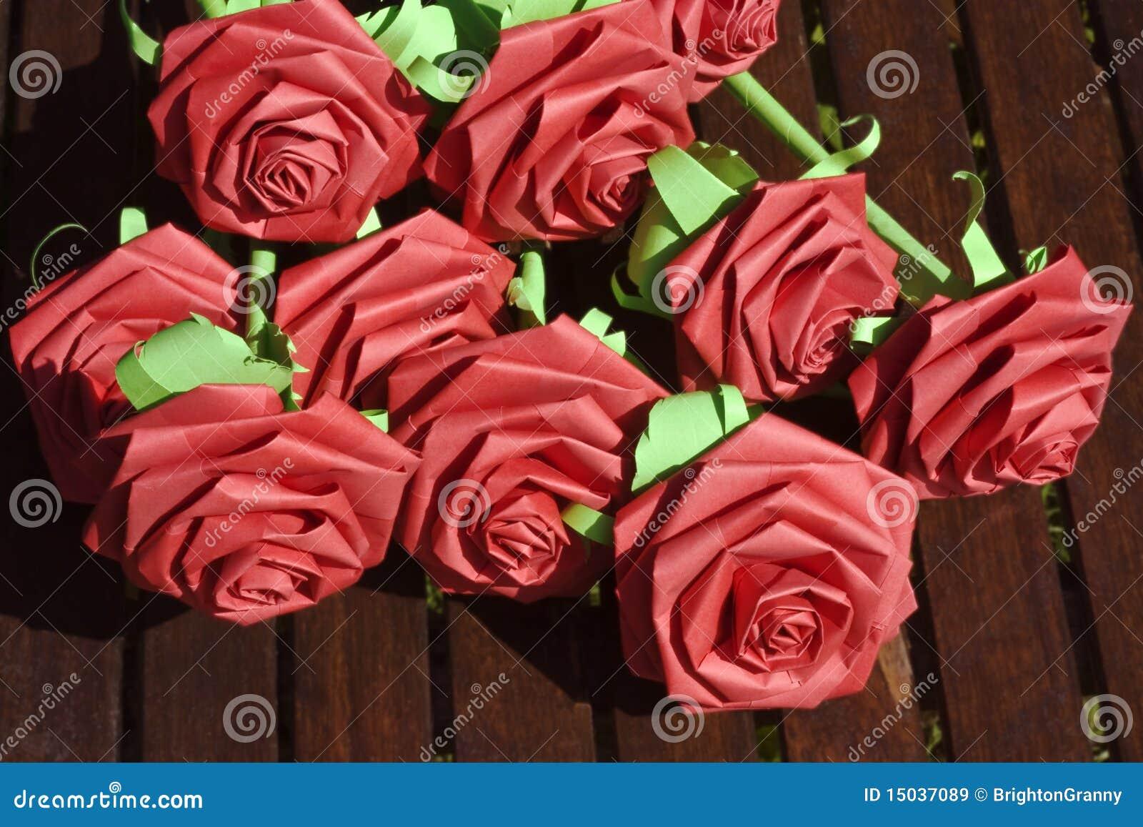 Rosas de papel vermelhas imagens de stock royalty free for Rosas de papel