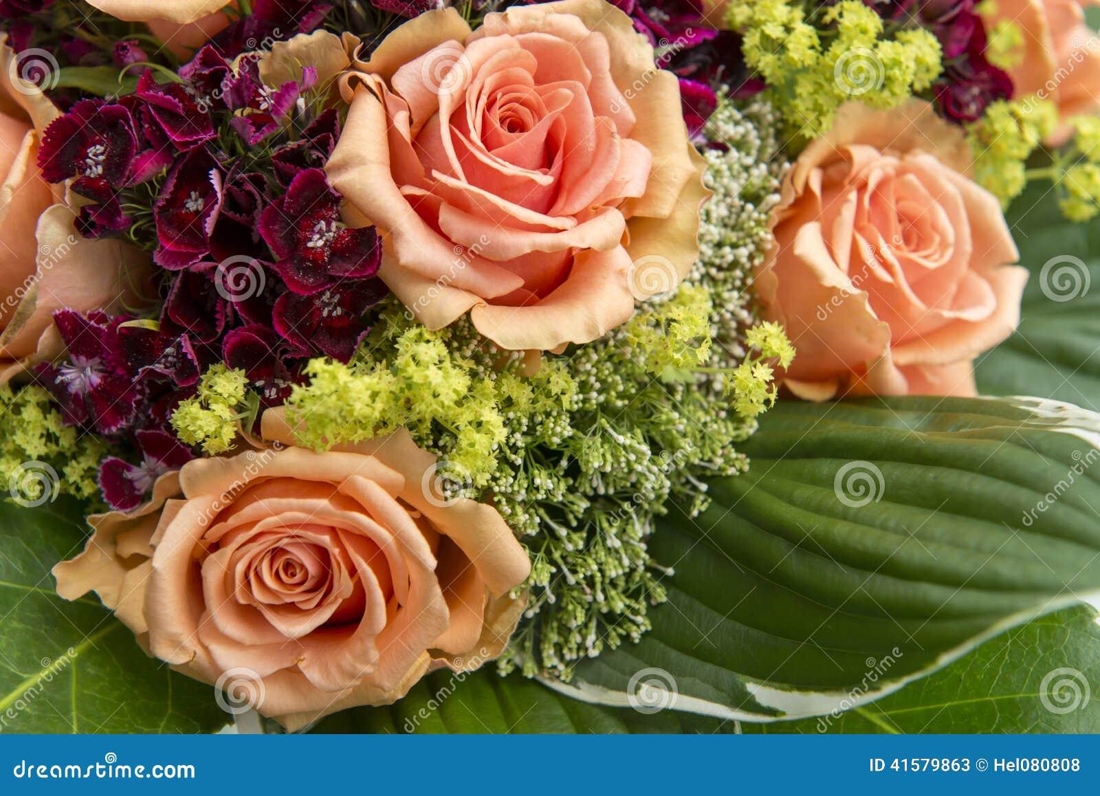 Rosas e flores alaranjadas do ummer